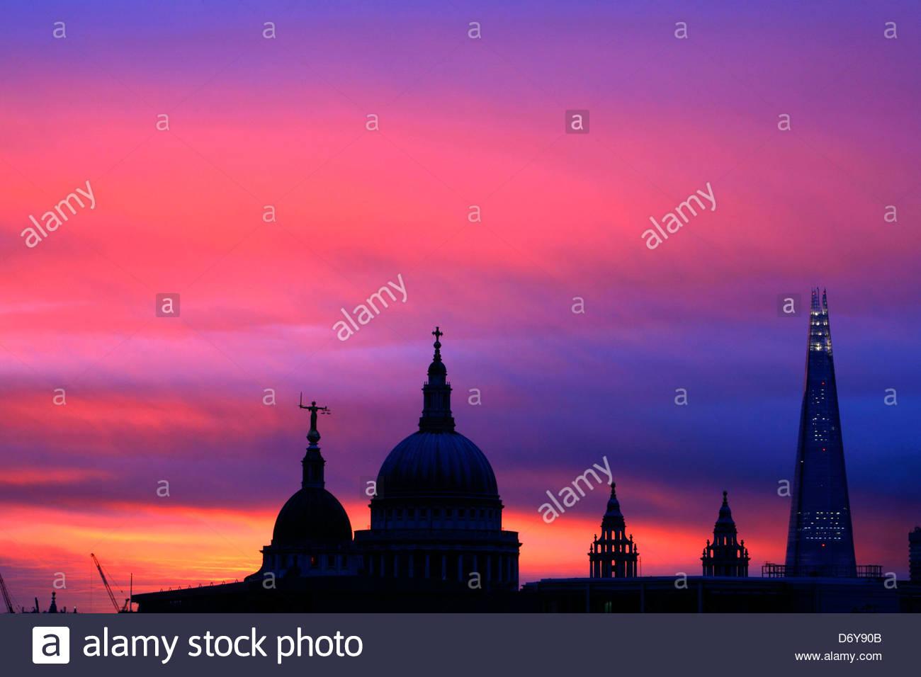 Skyline-Blick bei Sonnenaufgang des Old Bailey, St. Pauls Cathedral und der Shard, City of London, UK Stockbild