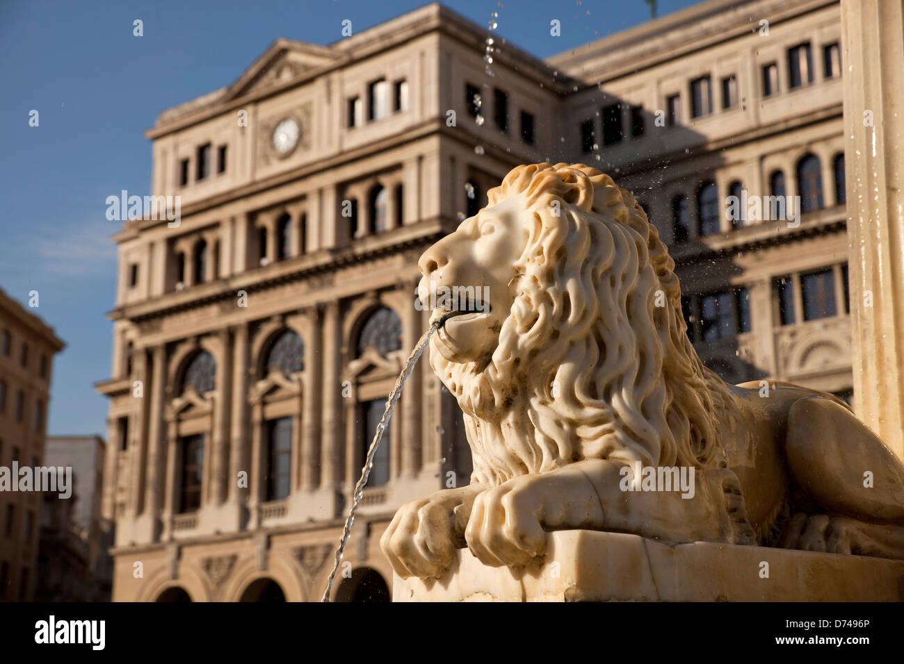 Lonja del Comercio in Havanna, Kuba, Karibik | Marmor Löwe aus dem Brunnen Fuente de Los Leones und Havanna Stockbild