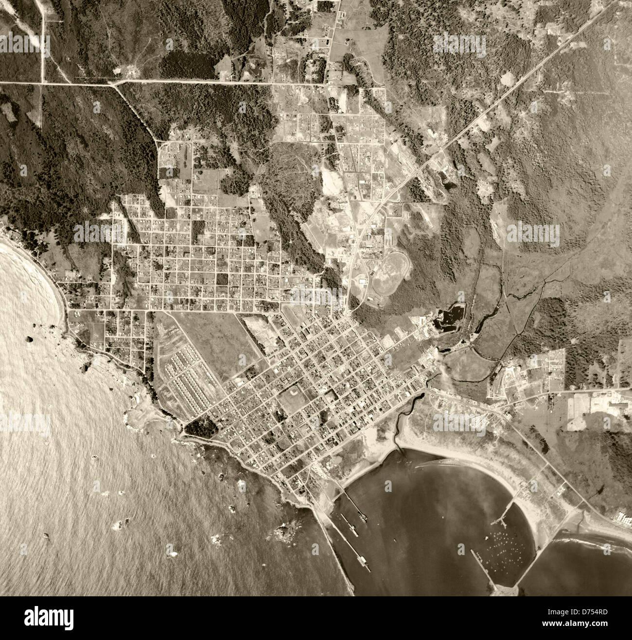 historische Luftaufnahme Crescent City, Kalifornien, 1955 Stockbild