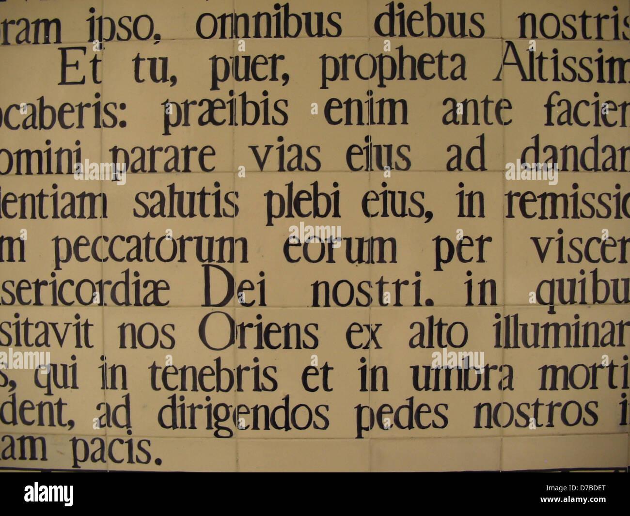 Vers von Lucas in Latein an Johannes der Täufer-Kirche in En kerem Stockbild