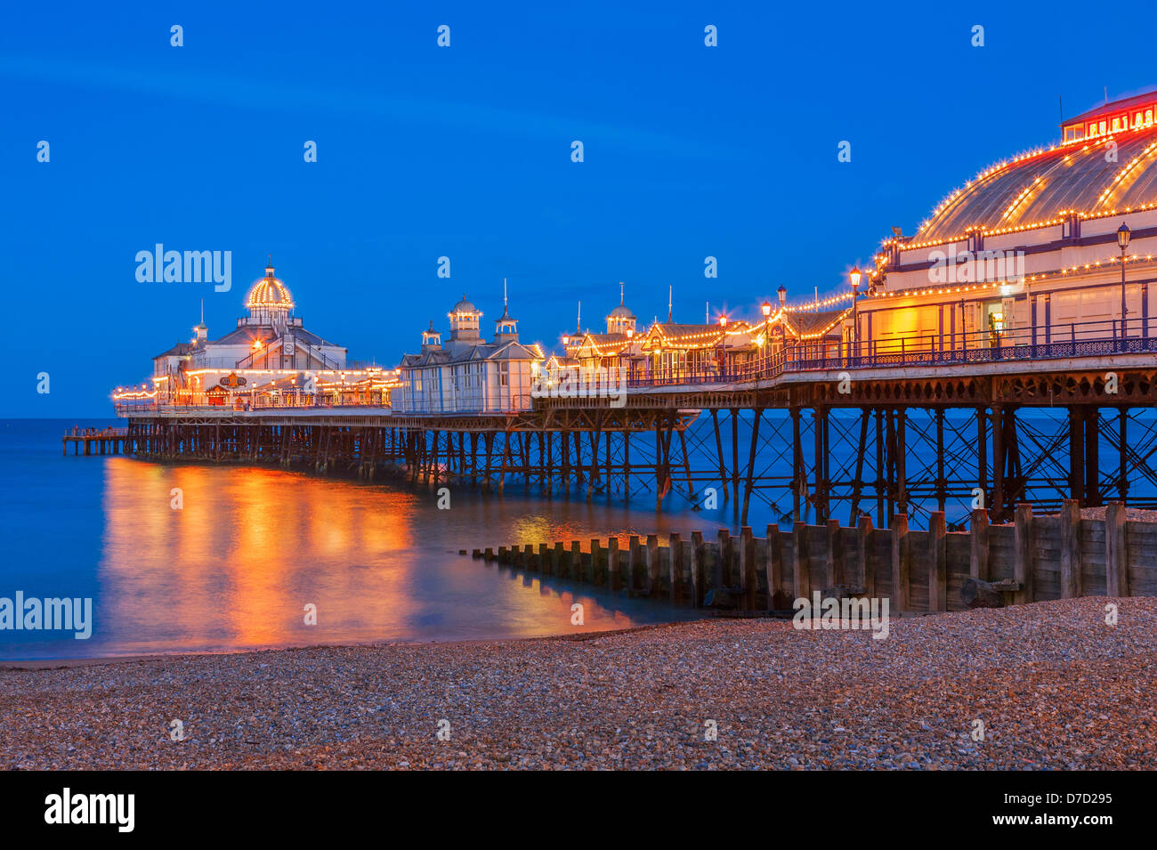 Eastbourne Pier beleuchtet in der Dämmerung Stockfoto