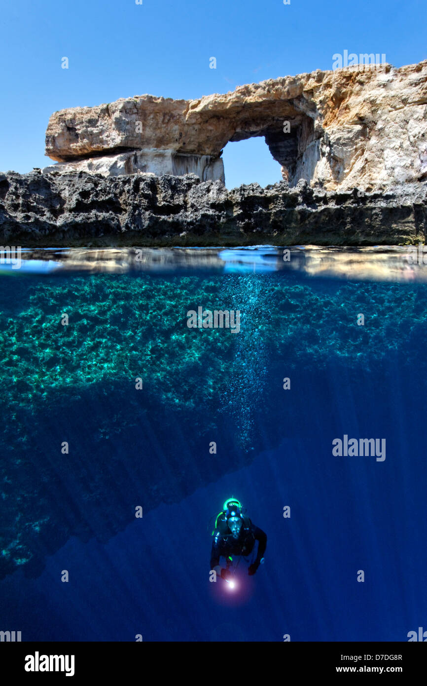 Taucher am Mittelmeer Azure Window, Gozo, Malta Stockbild