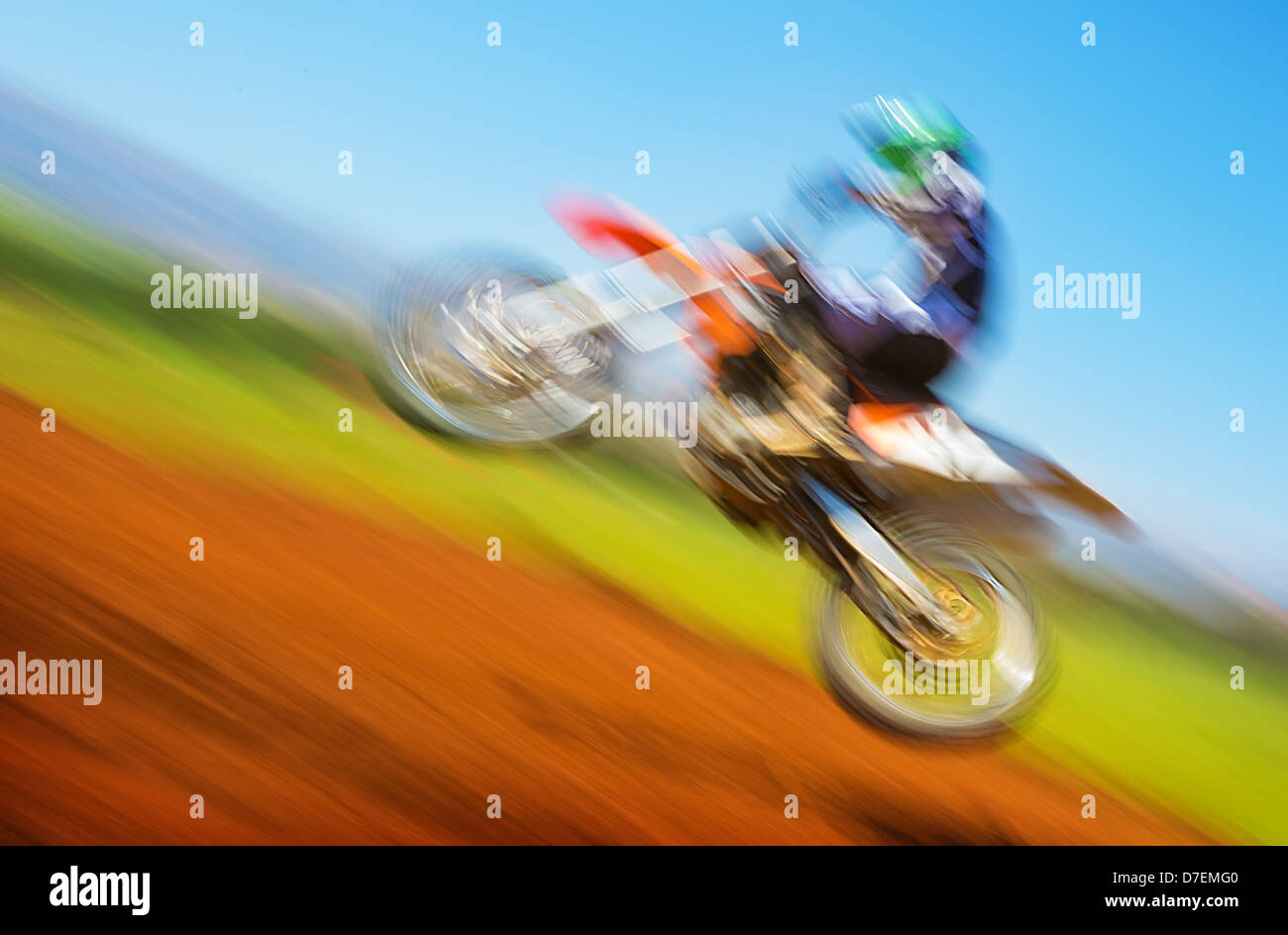 Verschwommenes Bild der Biker auf Meisterschaft, aktiven Lebensstil, Extremsport, Zeitlupe, Motocross auf Off-Road, Stockbild
