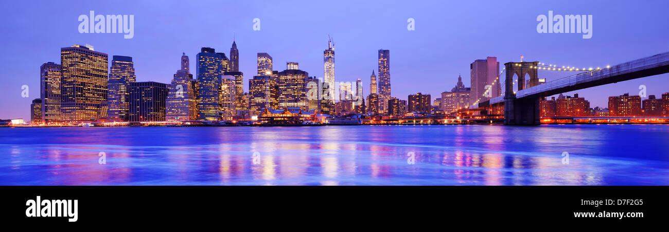 New York City Panorama auf das Financial District und die Brooklyn Bridge Stockbild