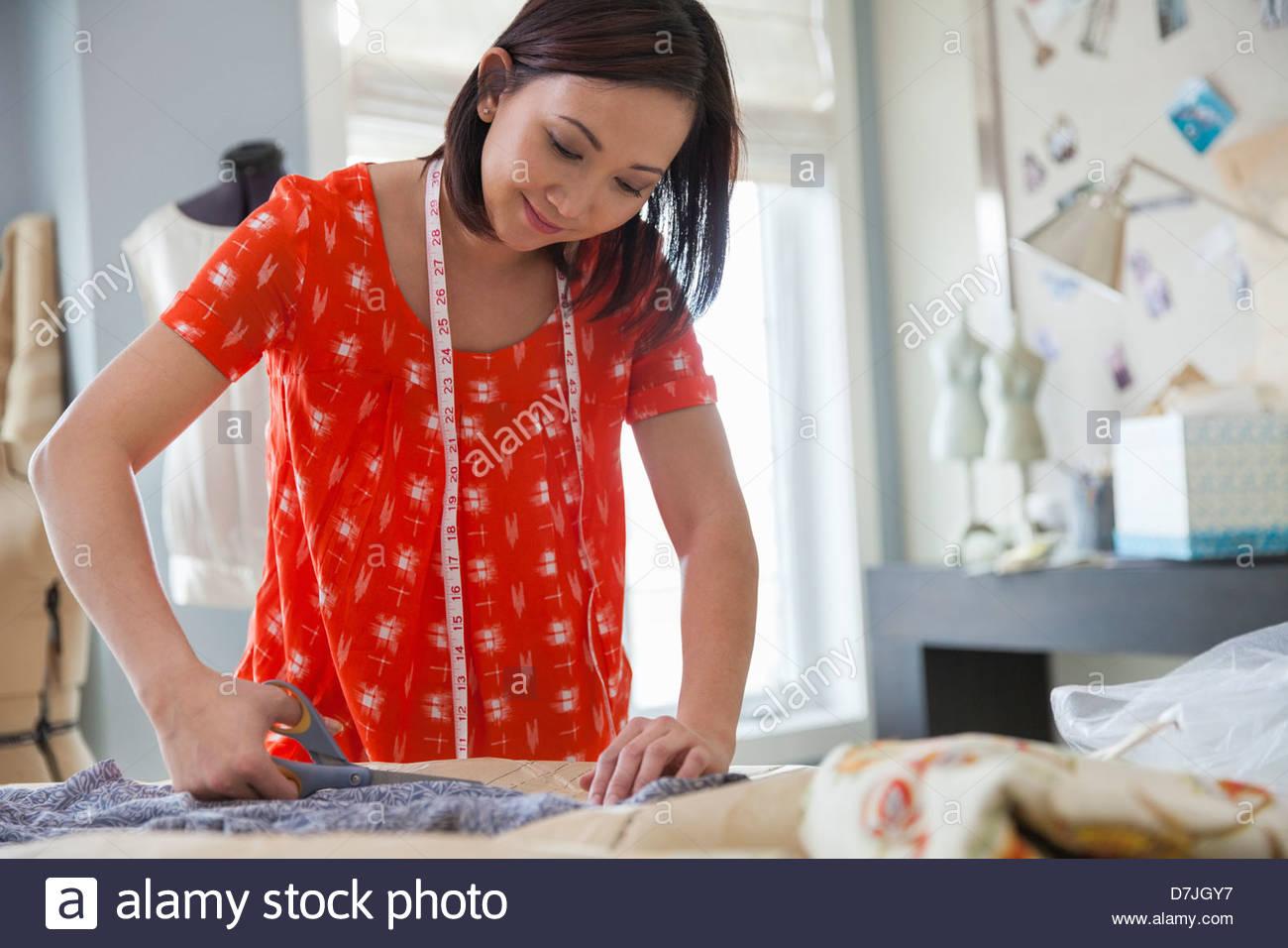 Weibliche Näherin arbeiten im Heimstudio Stockbild