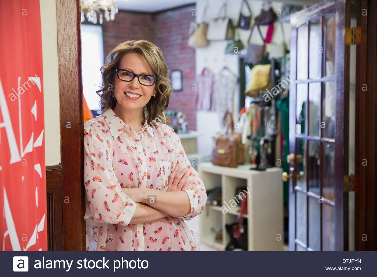 Porträt von weiblichen Kleinunternehmer im Shop Eingang Stockbild