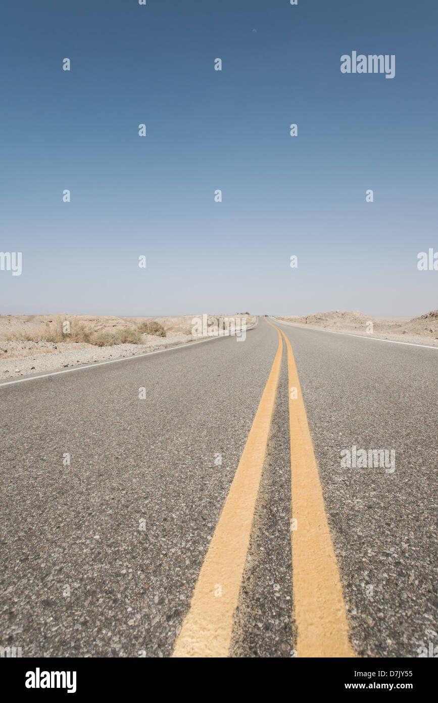 Unendliche leere Straße mit Teilung gelben Fahrspuren in Kalifornien Stockbild
