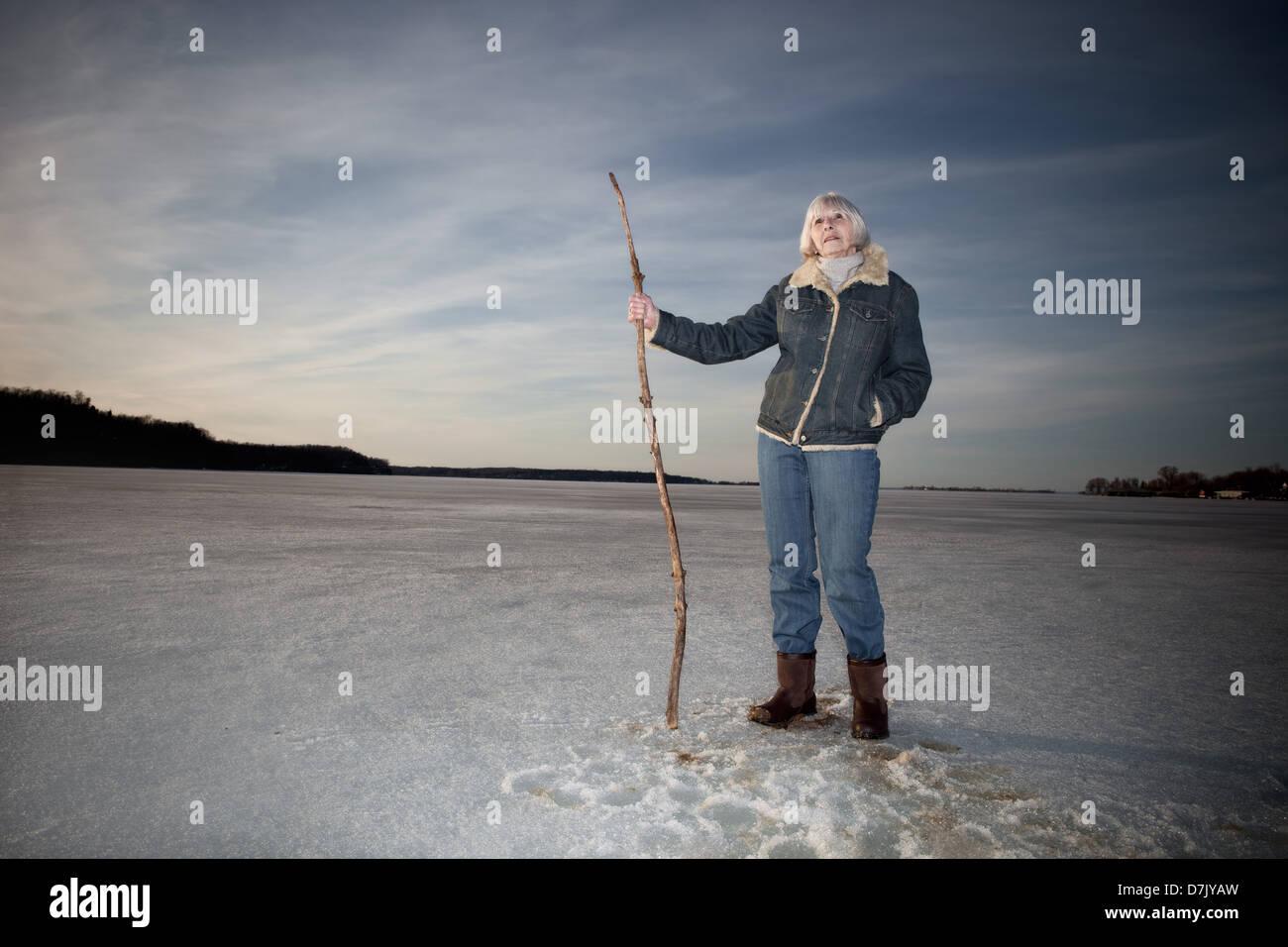 Ökologische Porträt der Frau in ihr 70 ist auf See halten Stock Stock stehend Stockbild