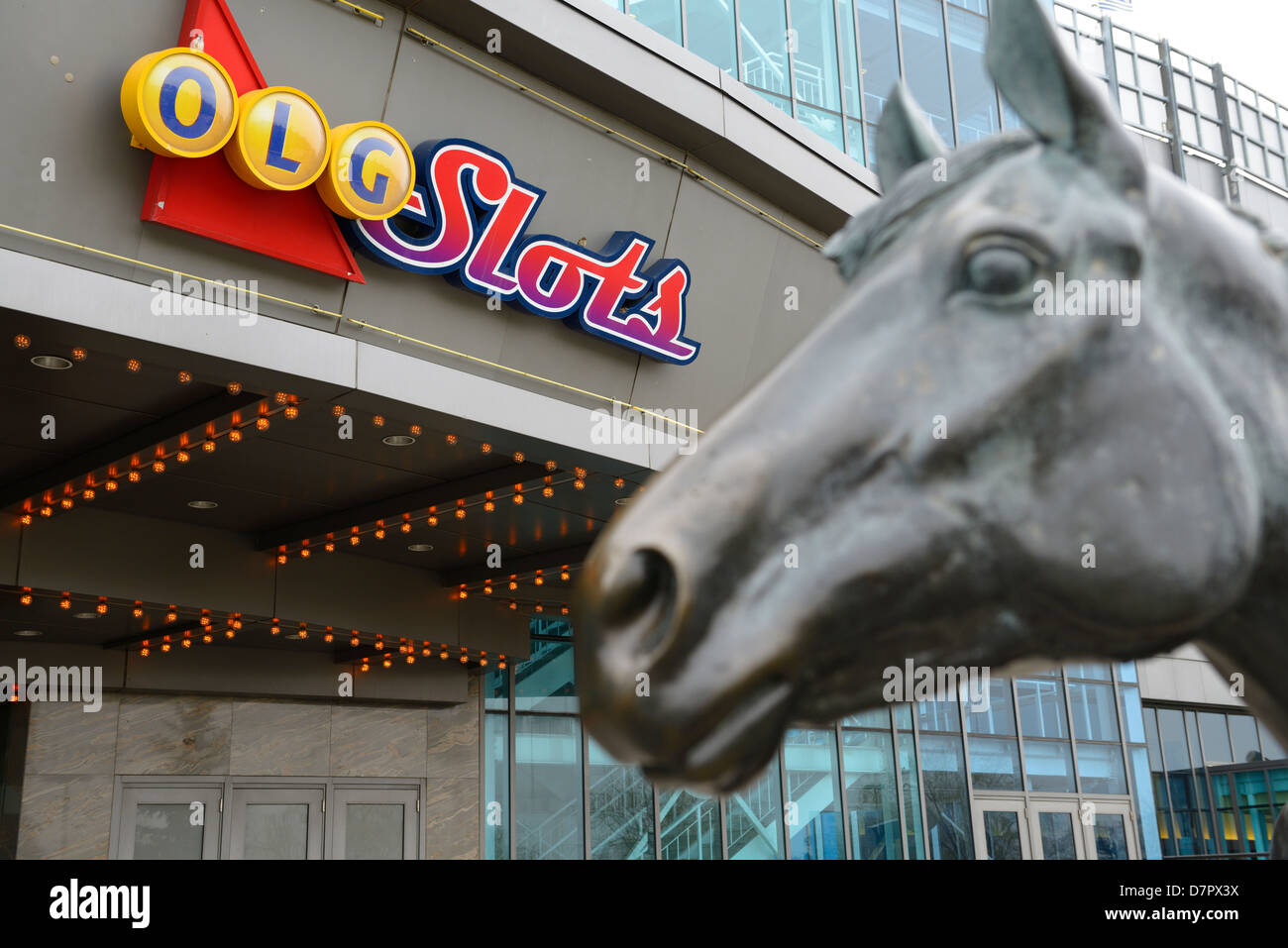Ontario Lottery und Gaming Zeichen für Steckplätze mit Skulptur der nördlichen Tänzer bei Woodbine Stockbild