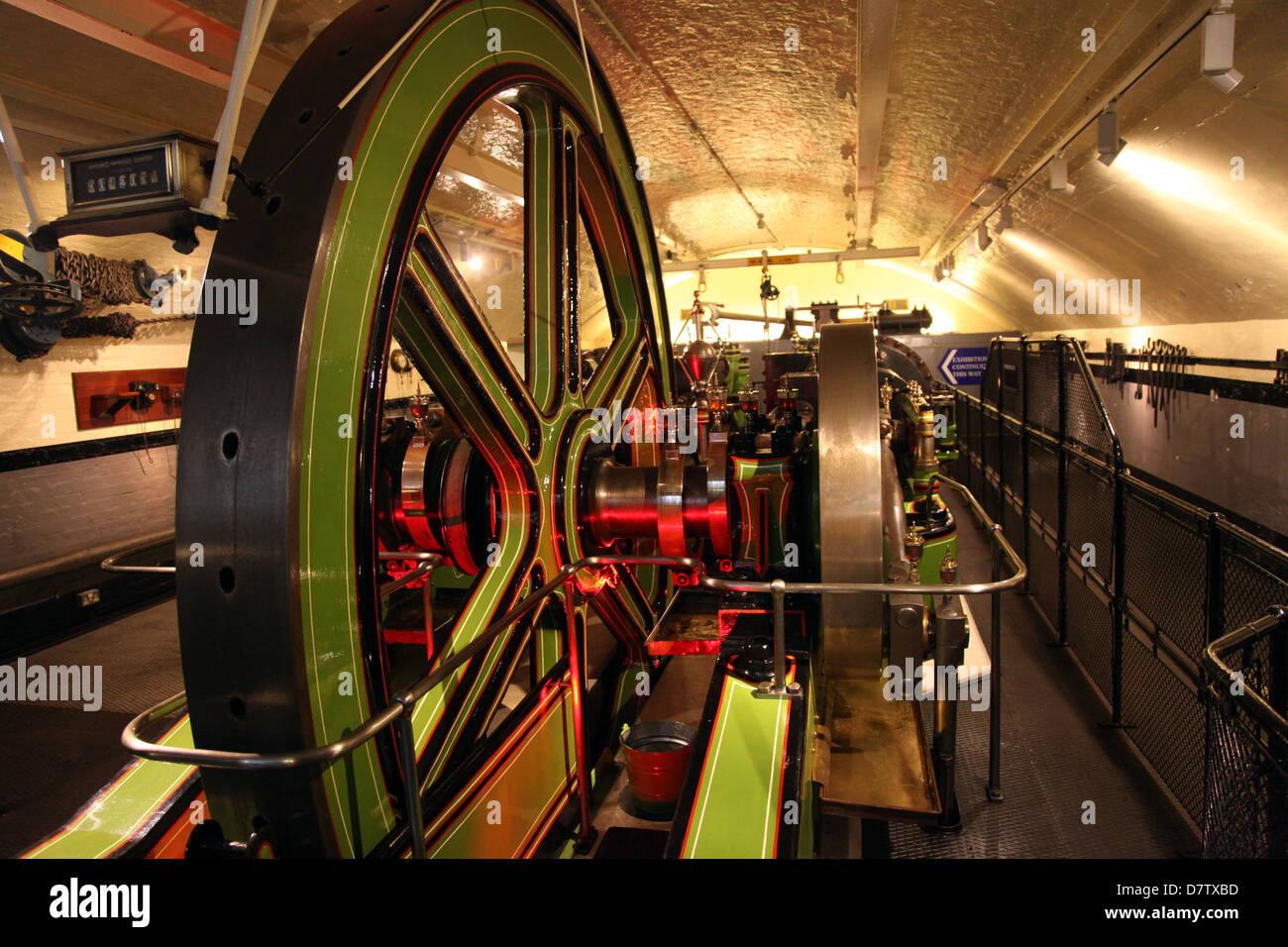 Motoren für das Heben von Getriebe, Tower Bridge, London, England, Vereinigtes Königreich Stockbild