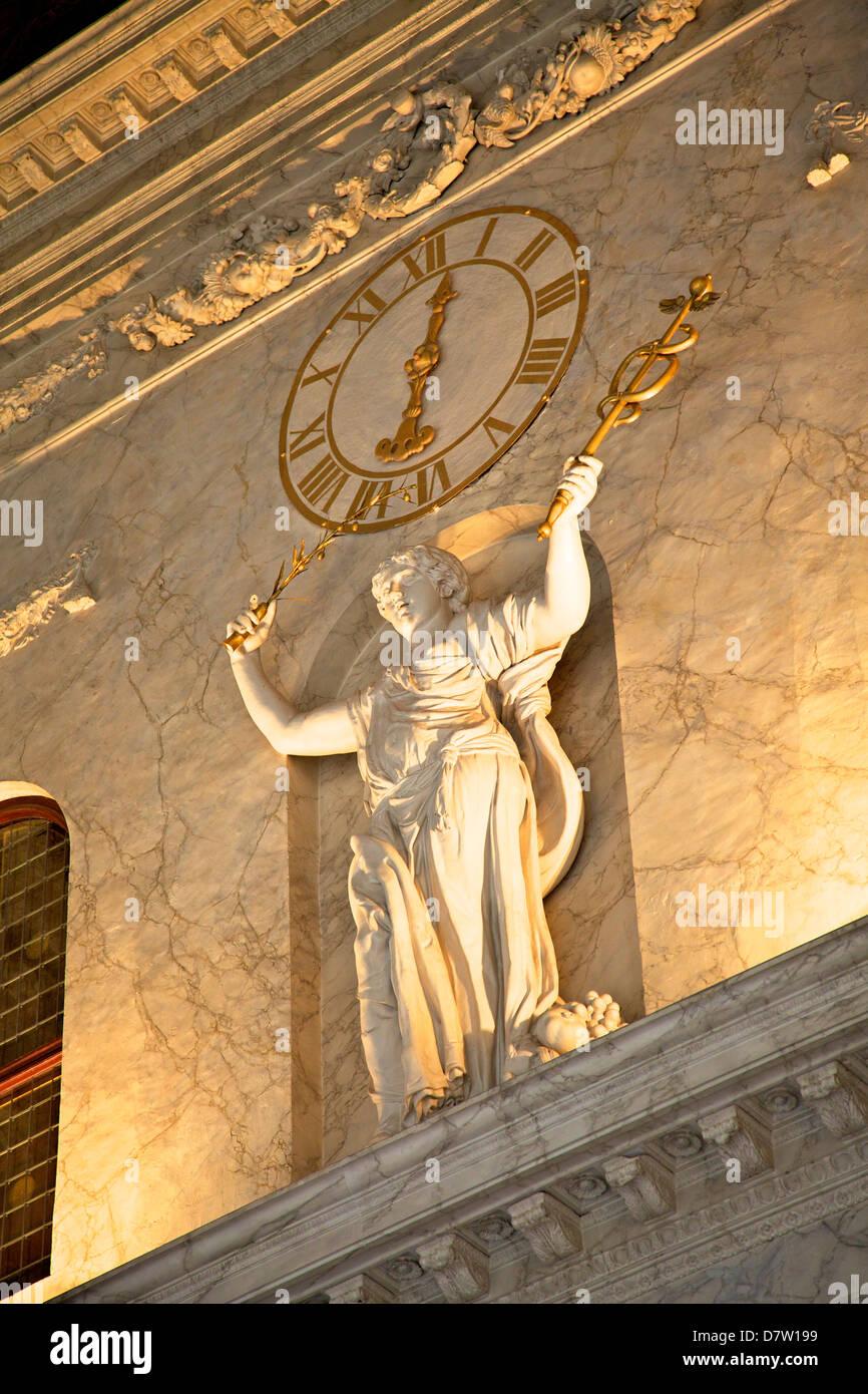 Uhr und Statue im Königspalast, Amsterdam, Niederlande Stockbild