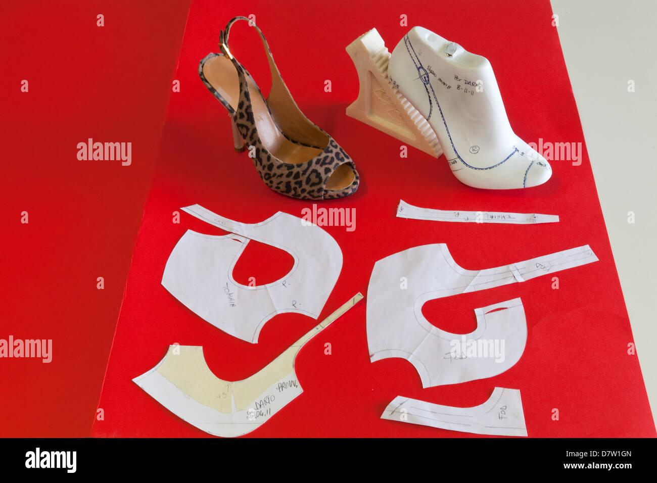 Aus Papiermuster am fertigen Schuh Cercal Schuhe Schule, San Mauro Pascoli, Emilia-Romagna, Italien Stockbild