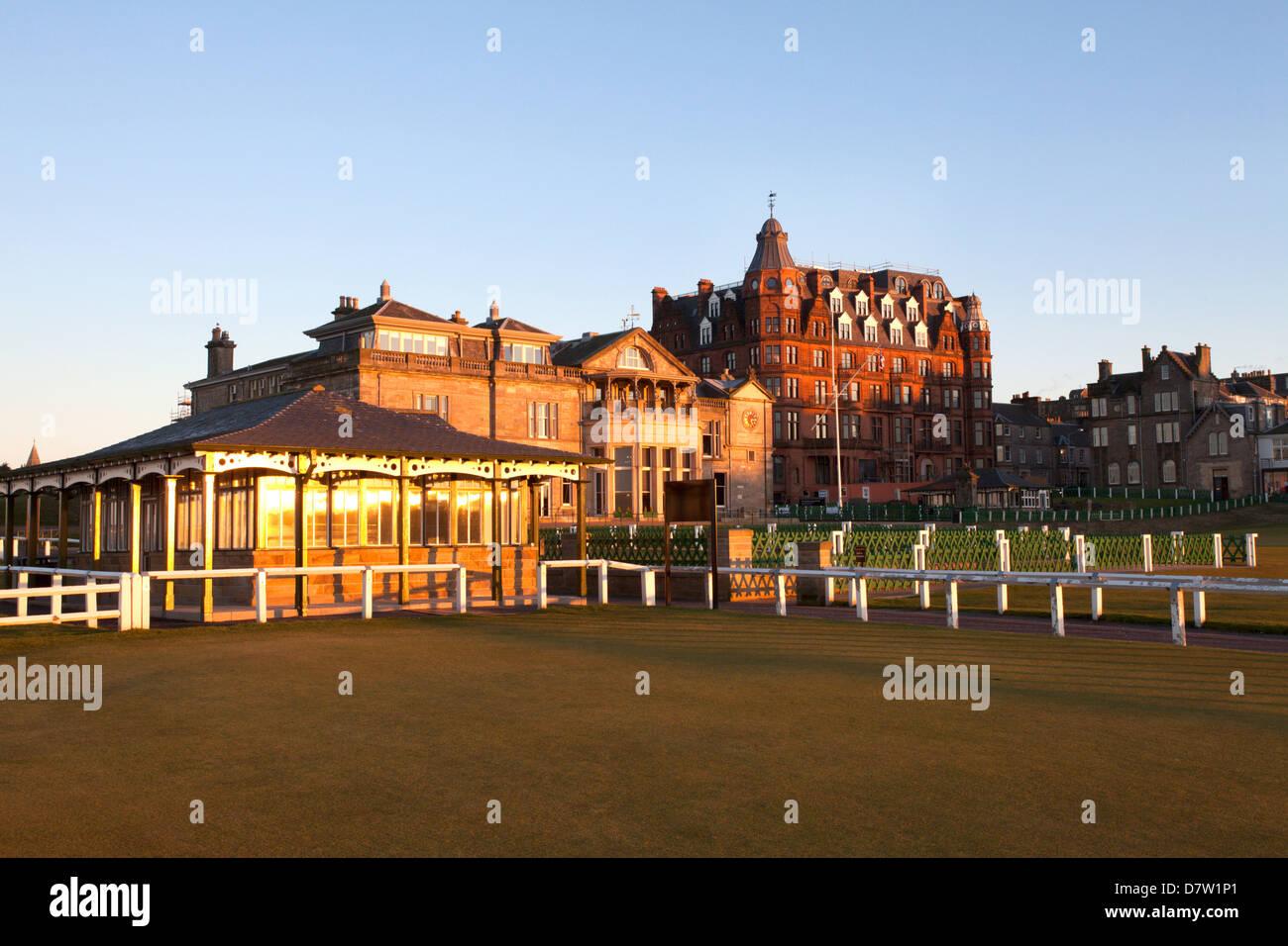 Caddie-Pavillon und der Royal and Ancient Golf Club at the Old Course, St. Andrews, Fife, Schottland, Großbritannien Stockbild