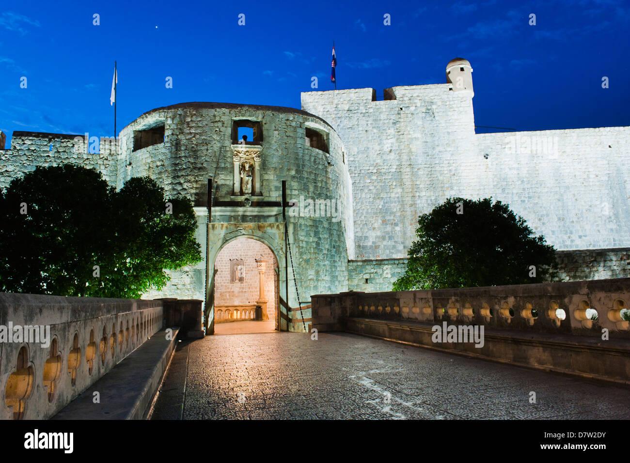 Pile-Tor in der Nacht, den Eingang zur Altstadt von Dubrovnik, Dubrovnik, Kroatien Stockbild