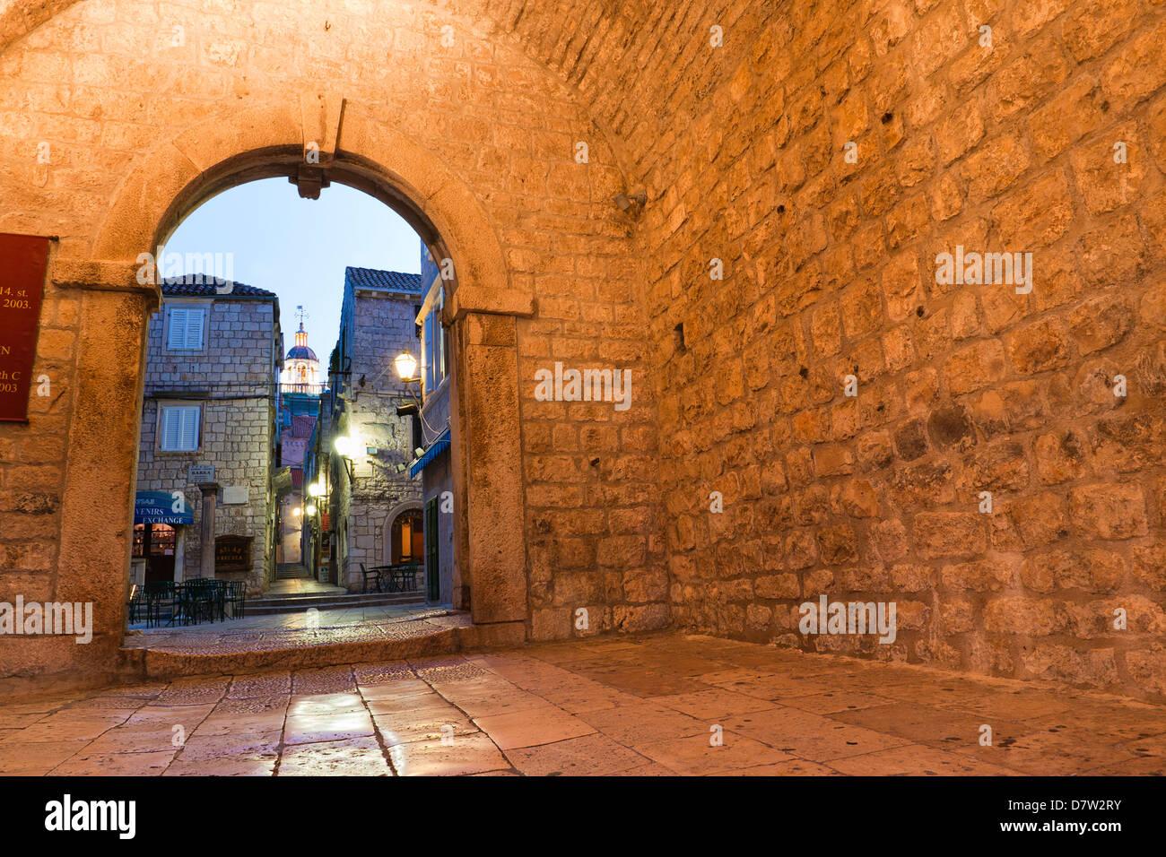 Korcula Revelin, die Eingang in Korcula Altstadt bei Nacht, Insel Korcula, Dalmatien, Kroatien Stockbild
