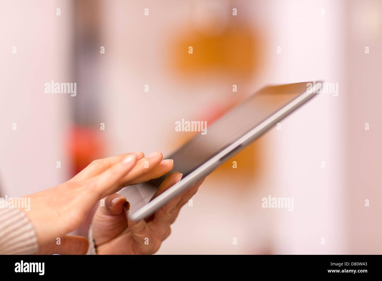 Frau mit digital-Tablette, Nahaufnahme Stockbild