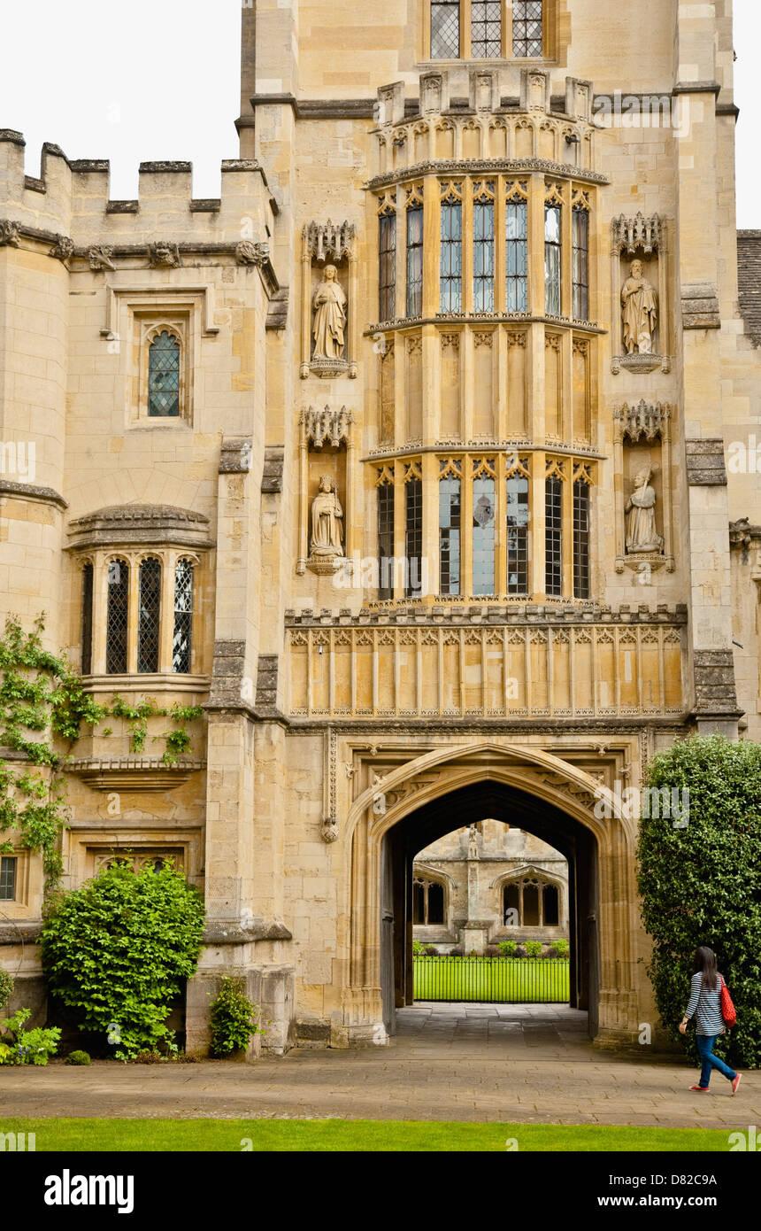Gründer-Turm, Magdalen College in Oxford. Eine junge Frau nähert sich den Torbogen führt in die Kloster Stockbild