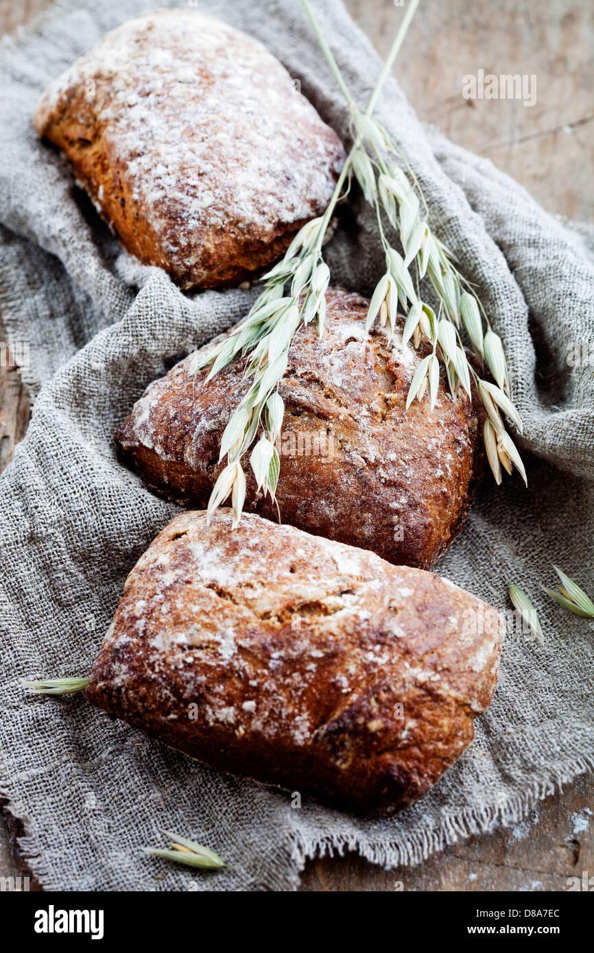 Frisches hausgemachtes Brot mit Roggen und Hafer Stockbild