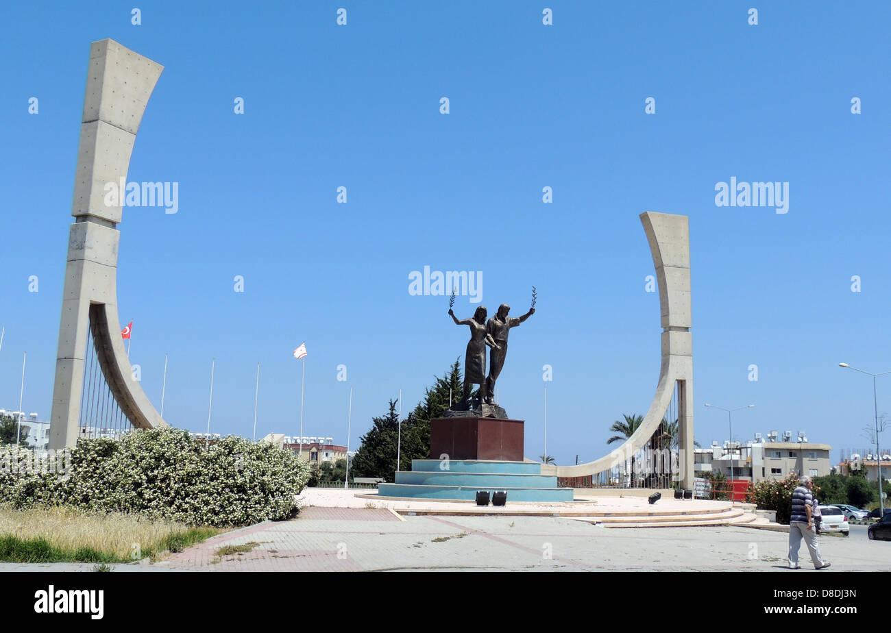 KYRENIA, Nordzypern. Denkmal für die Jugend auf einem Sportplatz. Foto Tony Gale Stockbild