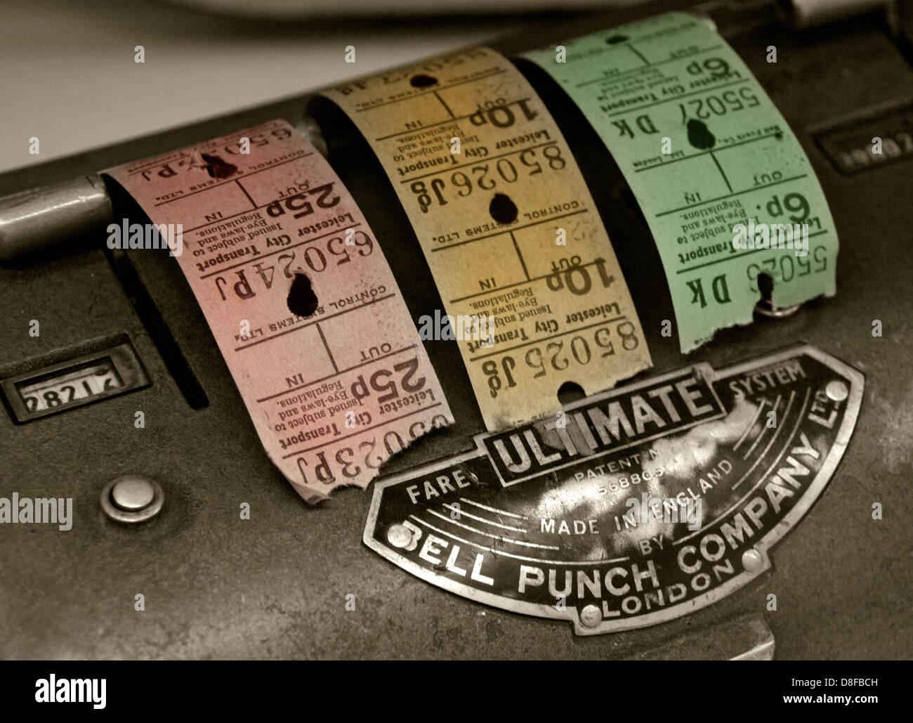 Laden Sie dieses Alamy Stockfoto Busticket Bell Punch Maschine & Tickets aus Coventry, England UK - D8FBCH
