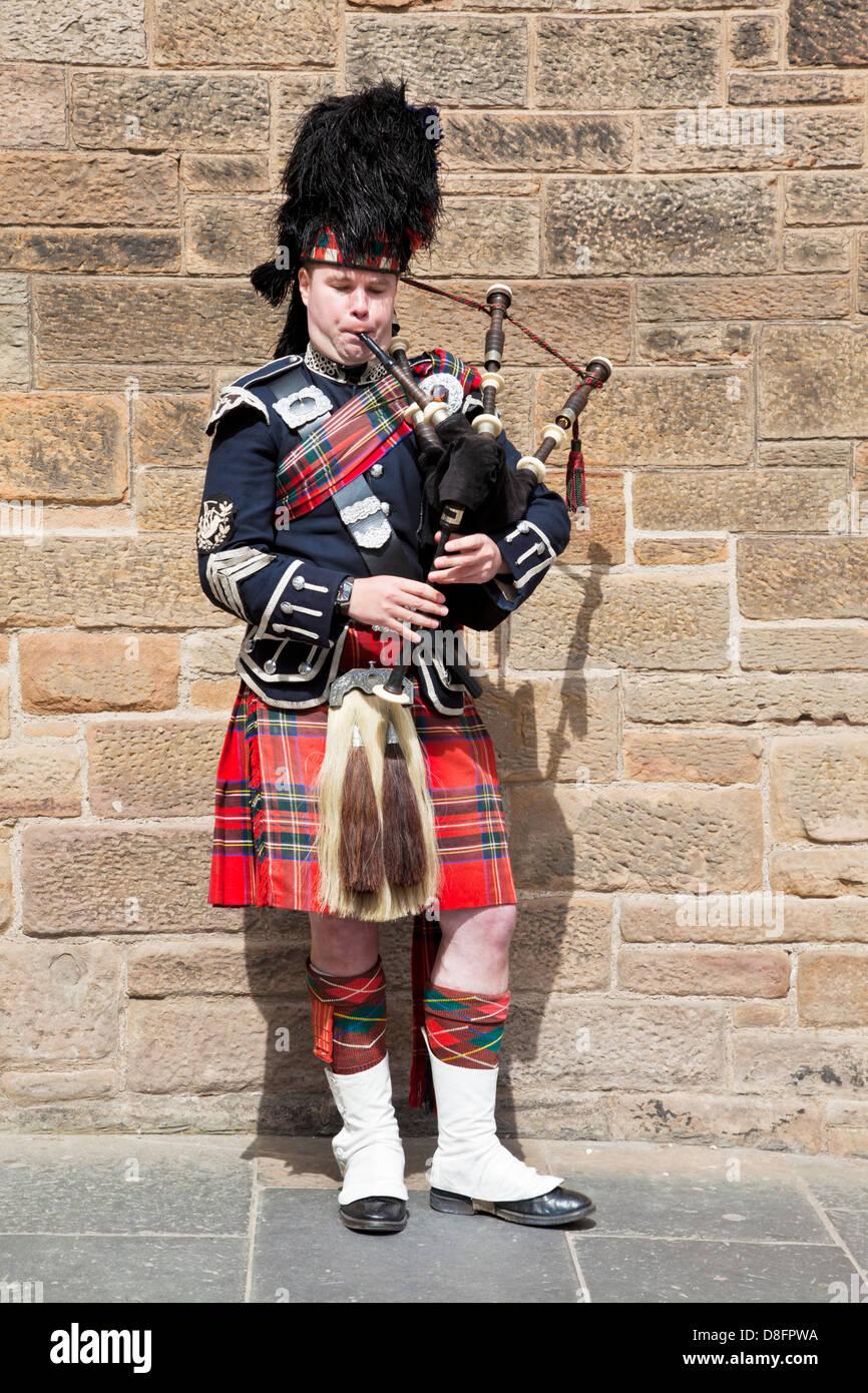 Schottischen Dudelsack in Highland Tracht Edinburgh Schottland Großbritannien GB EU Europa Pfeifer Stockbild