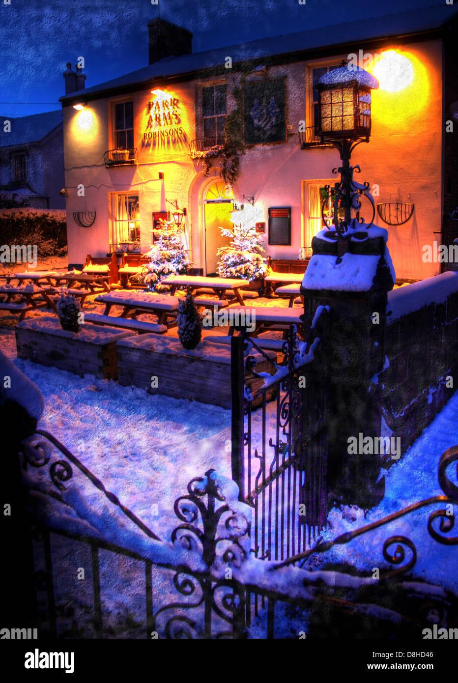 Laden Sie dieses Alamy Stockfoto Parr Arms Pub, Winter Schneefall in Grappenhall Village, Warrington Cheshire, England, UK in der Abenddämmerung - D8HD46