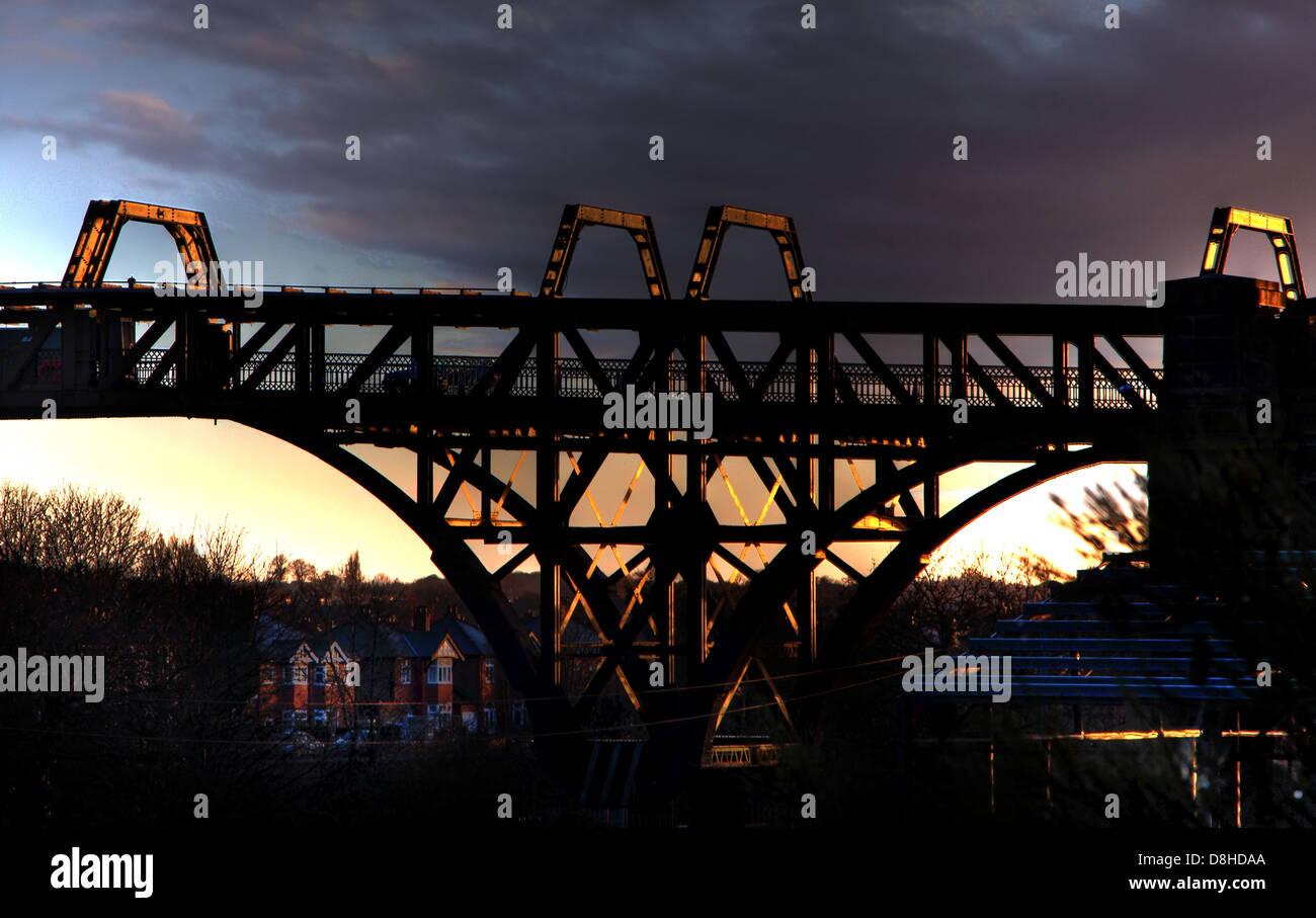 Laden Sie dieses Alamy Stockfoto Freitragende Stahl-Brücke über den Manchester Ship Canal, Latchford Warrington, Cheshire England UK in der Abenddämmerung - D8HDAA