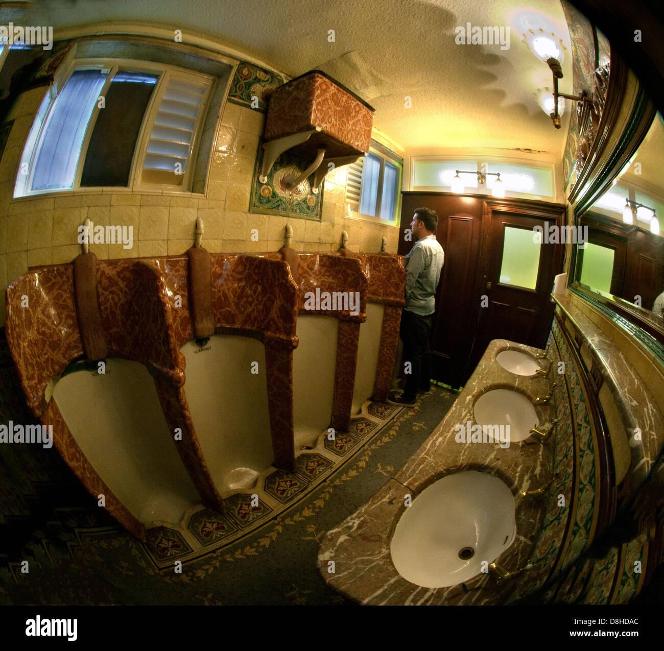 Laden Sie dieses Alamy Stockfoto Die berühmten Hope St Phillarmonic Pub Urinale, Liverpool England UK - D8HDAC