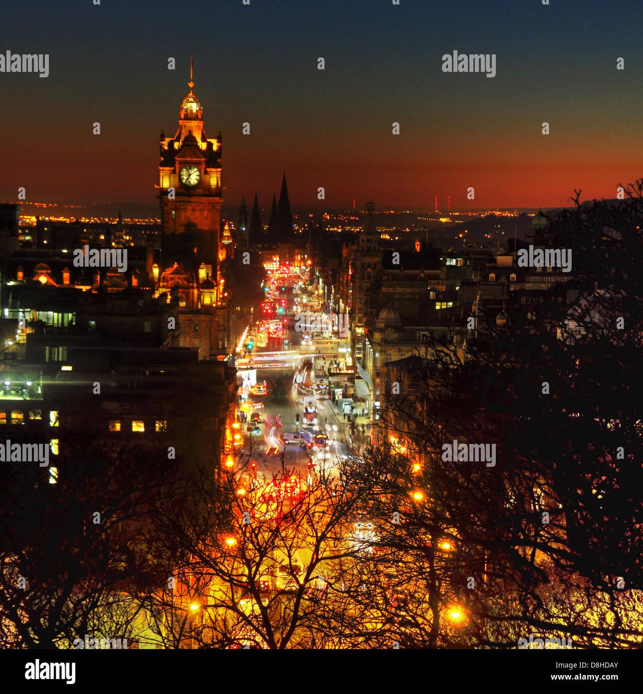 Laden Sie dieses Alamy Stockfoto Edinburgh City bei Nacht Princes St Dämmerung glühen vom frühen Abend Verkehr, Calton Hill - D8HDAY