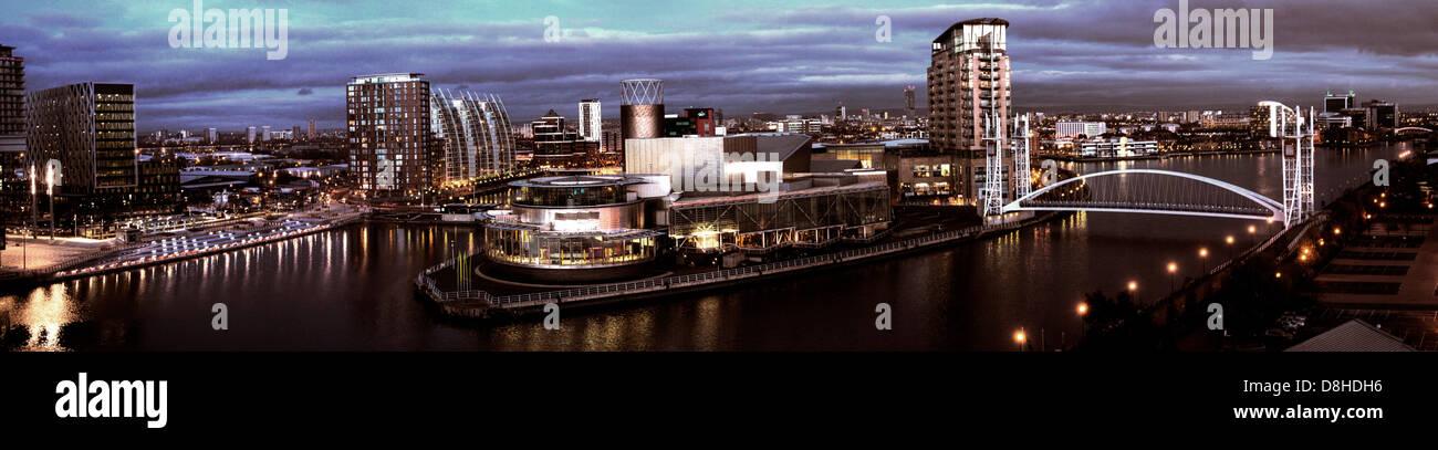 Laden Sie dieses Alamy Stockfoto Salford Quays Medienstadt UK bei Abenddämmerung Panorama, Manchester, England, UK M50 3AH - D8HDH6