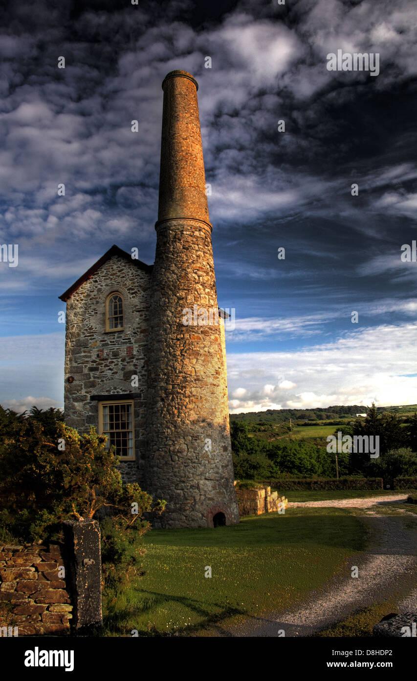 Laden Sie dieses Alamy Stockfoto Klassische Cornish Tin Mine Pumpen Gebäude verwandelte sich in ein Haus, in der Nähe von Camborne - D8HDP2