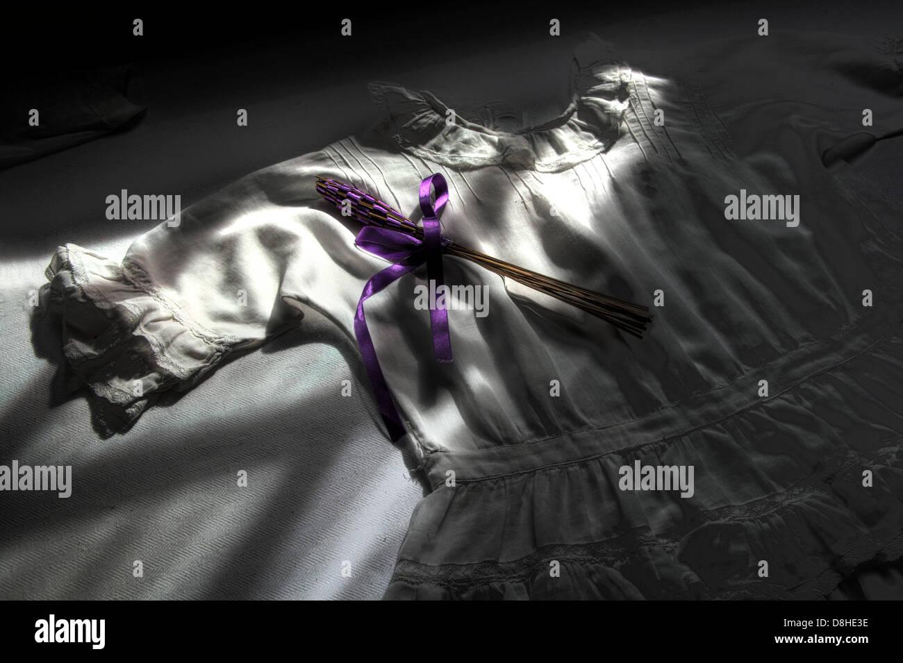 Dieses Stockfoto: Weiße Kittel, Lila Schärpe - D8HE3E