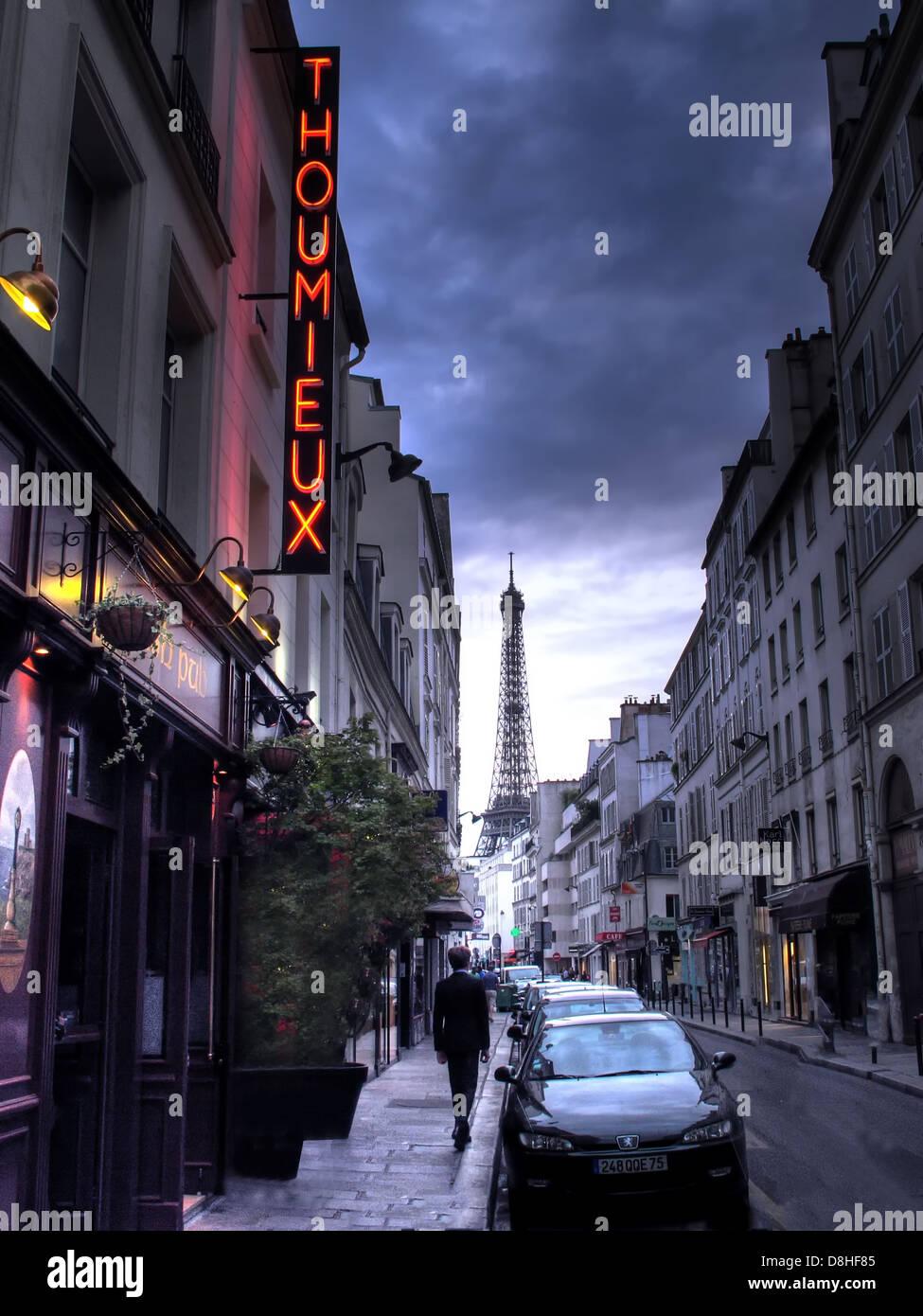 Laden Sie dieses Alamy Stockfoto Ein einzelnes Franzose geht von 79 Rue Saint-Dominique 75007 Paris, Frankreich, The Thoumieux Restaurant. - D8HF85