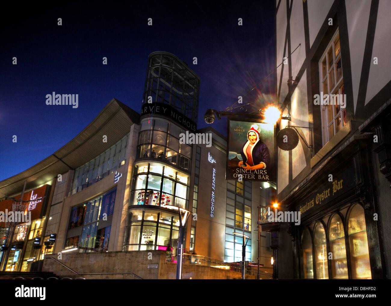 Laden Sie dieses Alamy Stockfoto Sinclairs Oyster Bar Pub, Manchester in der Abenddämmerung, Harvey Nichols Store im Hintergrund, England UK - D8HFD2