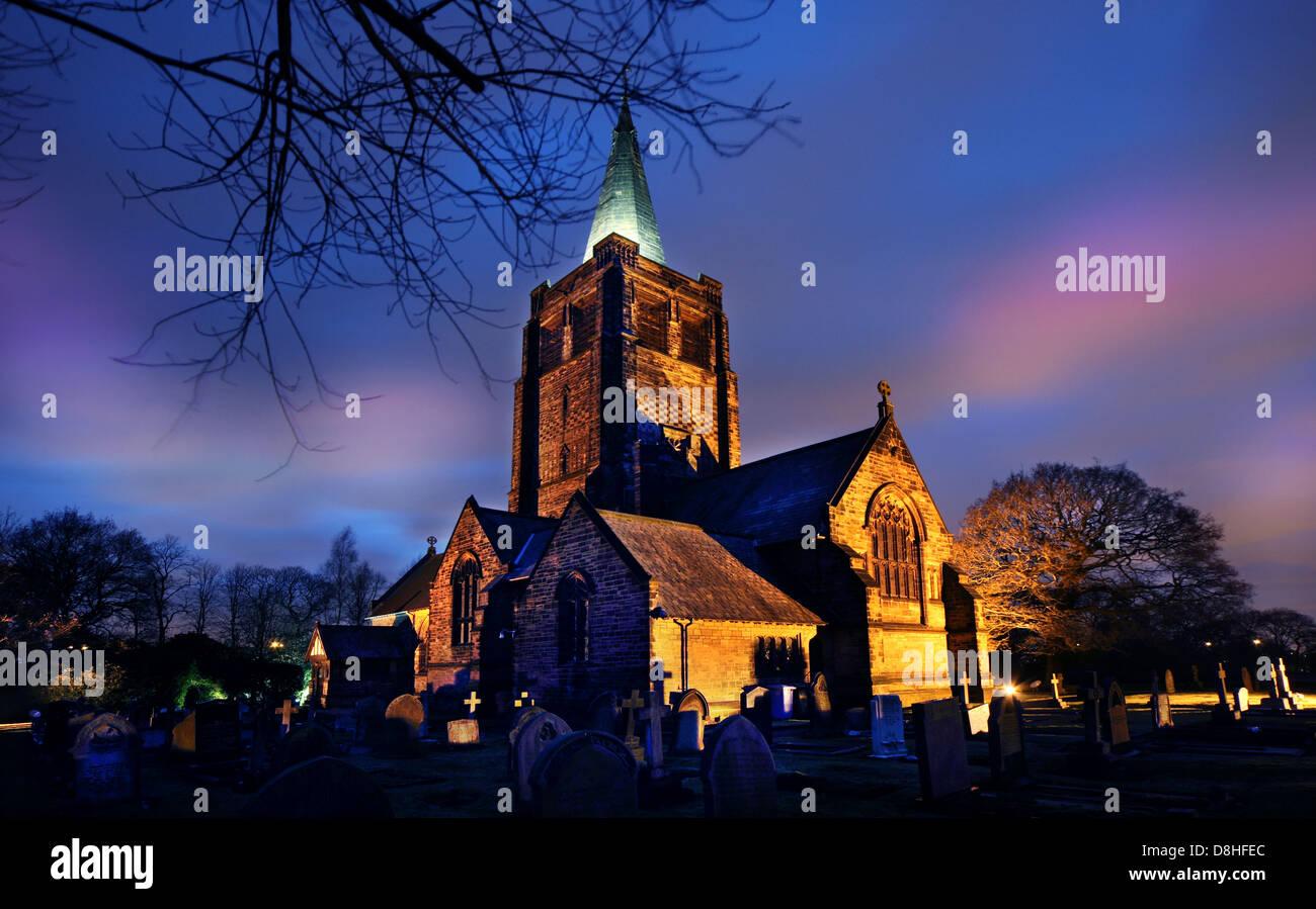 Laden Sie dieses Alamy Stockfoto Die Kirche in Walton, Warrington Dämmerung North West England UK - D8HFEC