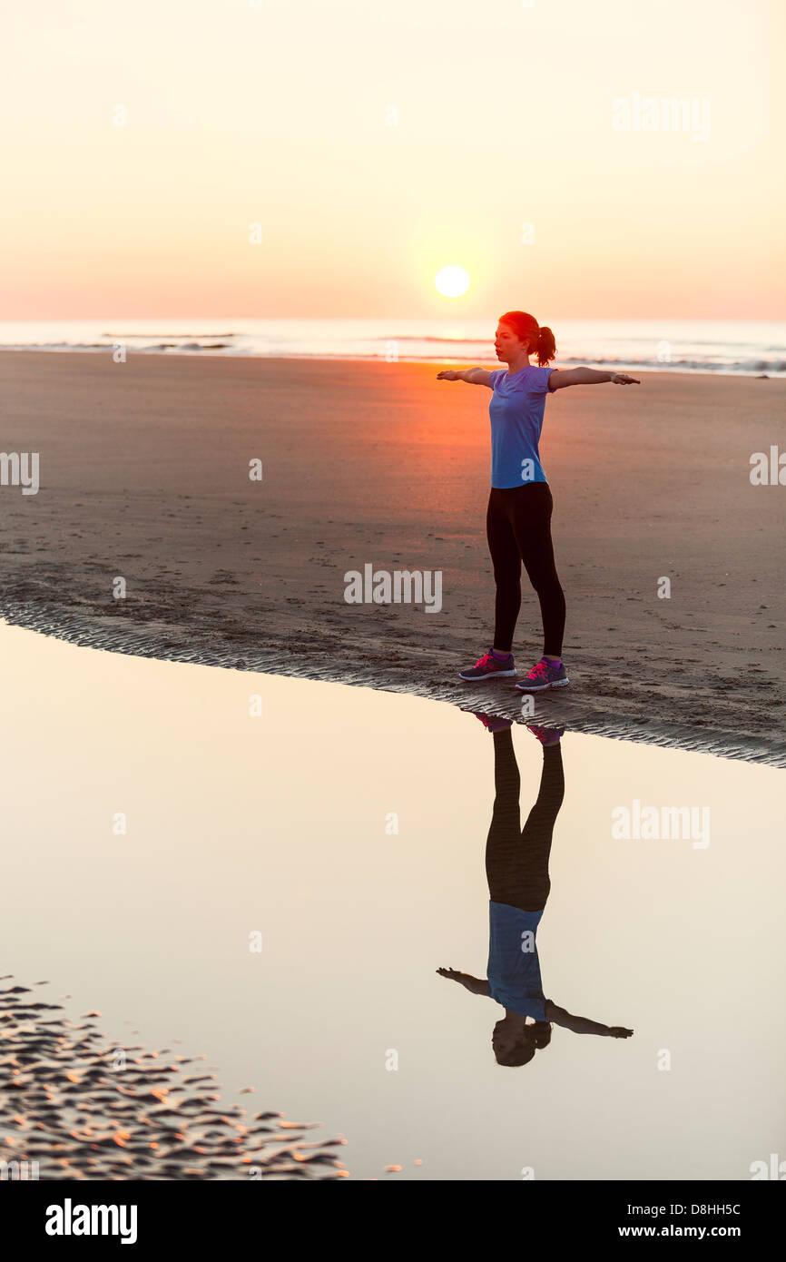 Sportler, die Dehnung in der Nähe von Meer Stockbild