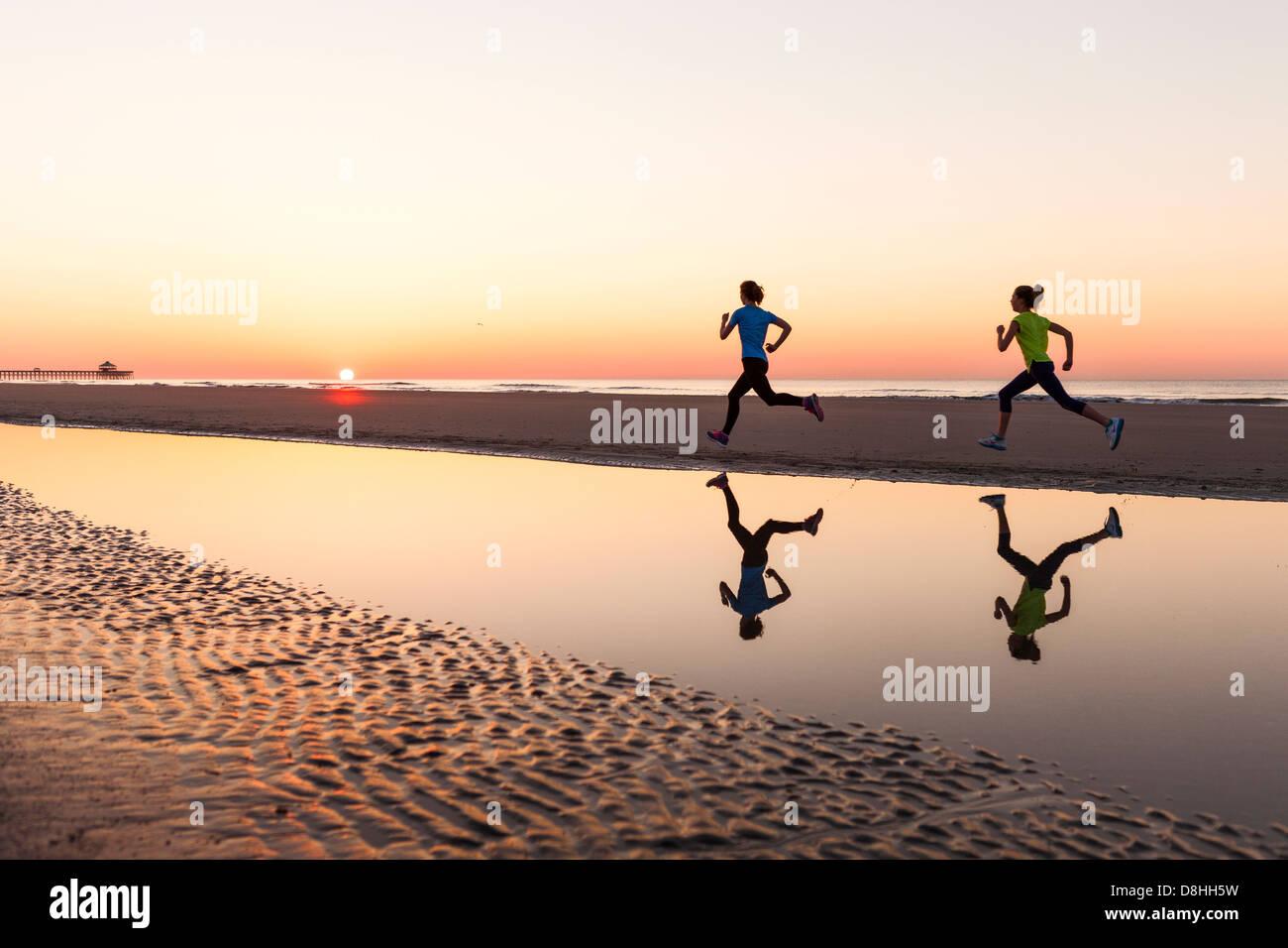 Weibliche Jogger am Strand Stockbild