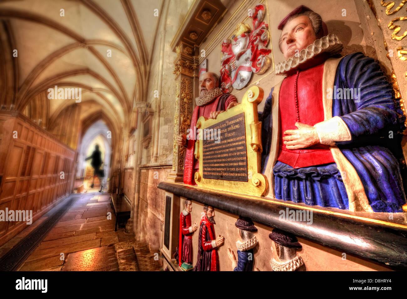 Laden Sie dieses Alamy Stockfoto Innen London Southwark Cathedral, die Tre-Hearne Statue mit einer Frau in der Ferne - D8HRY4
