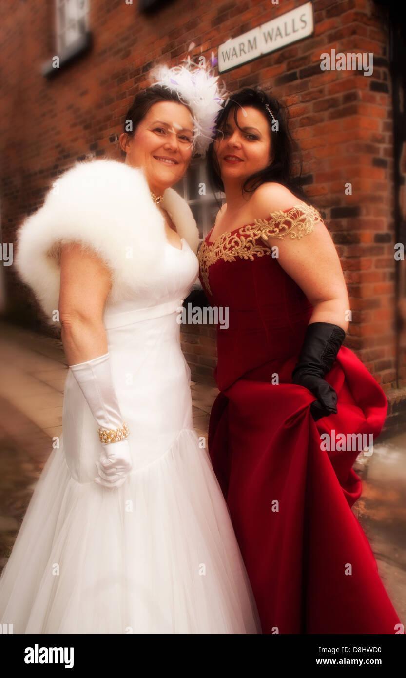 Laden Sie dieses Alamy Stockfoto Zwei Damen durch warme Wände einer alten Backstube in Sandbach, Cheshire England UK Europa Süd - D8HWD0