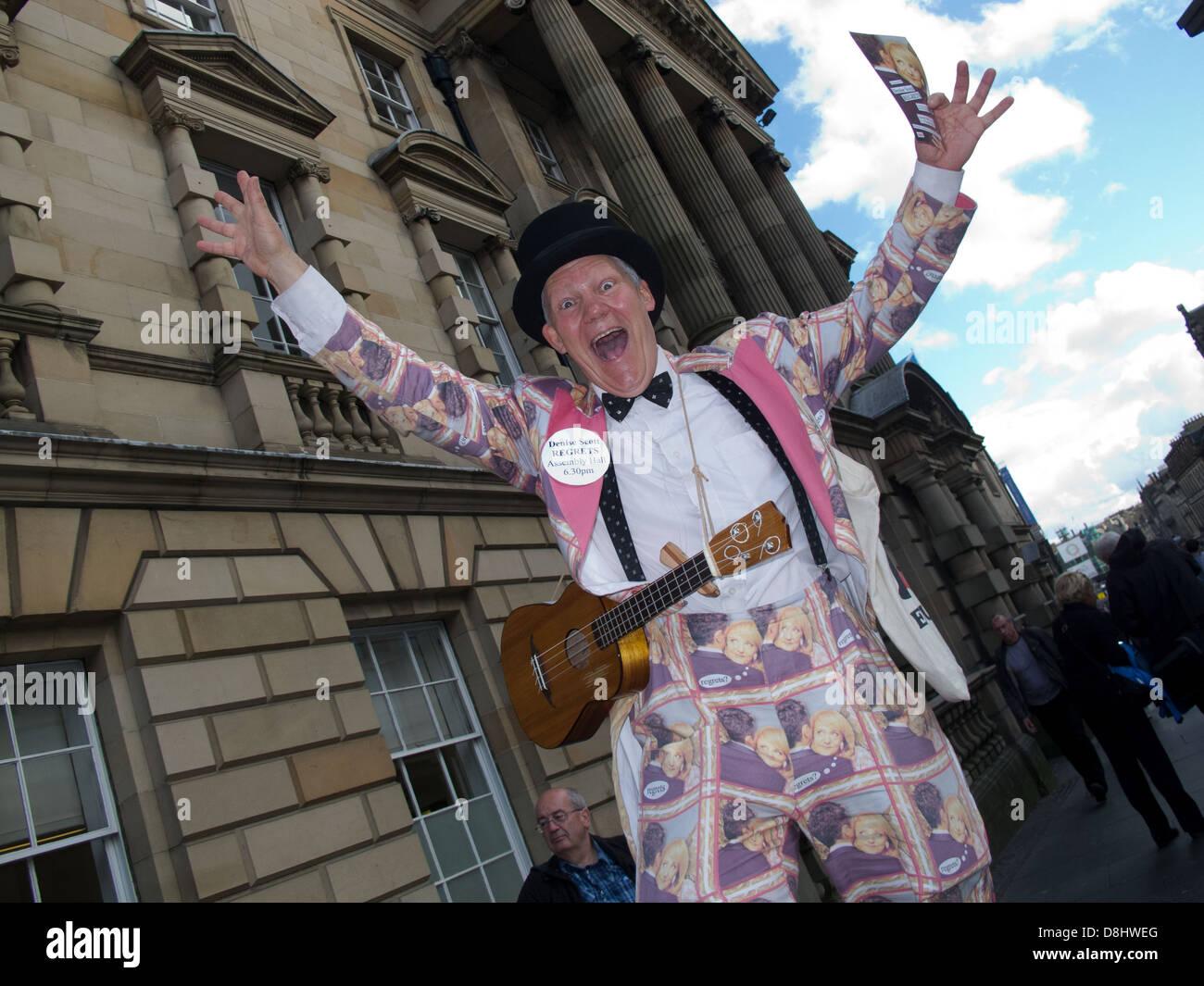 Laden Sie dieses Alamy Stockfoto Denise Scott bedauert, Edinburgh Festival Fringe handeln, Schottland, UK, EH1 1QS - D8HWEG