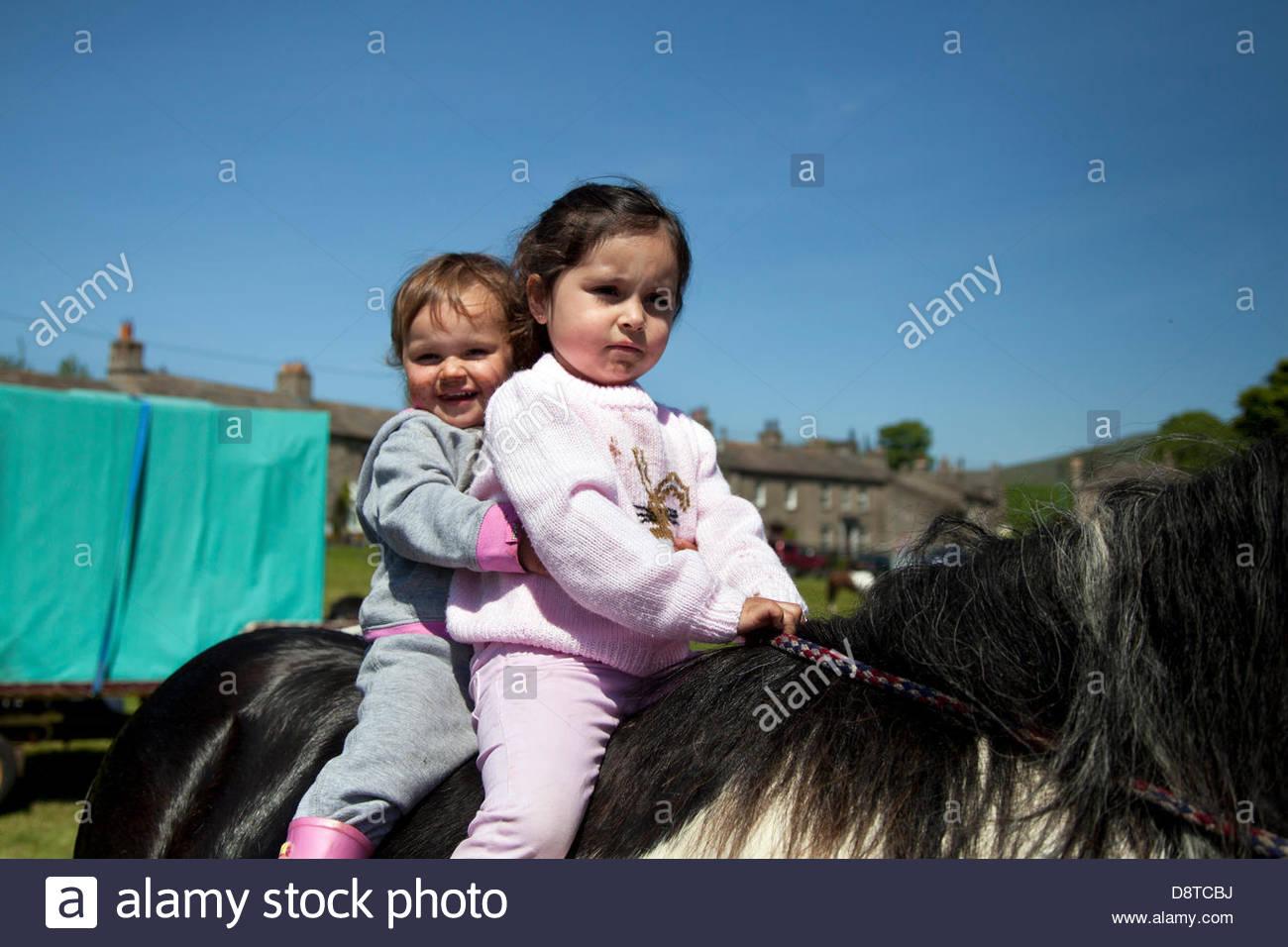 Bainbridge, Richmondshire, North Yorkshire, UK. 4. Juni 2013. Imogen & Lily Corrie Reiten Cob mit Mitgliedern Stockbild