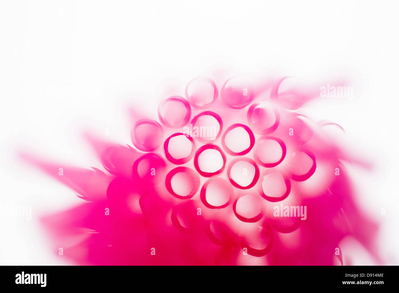 Studioaufnahme von rosa Trinkhalme Stockbild