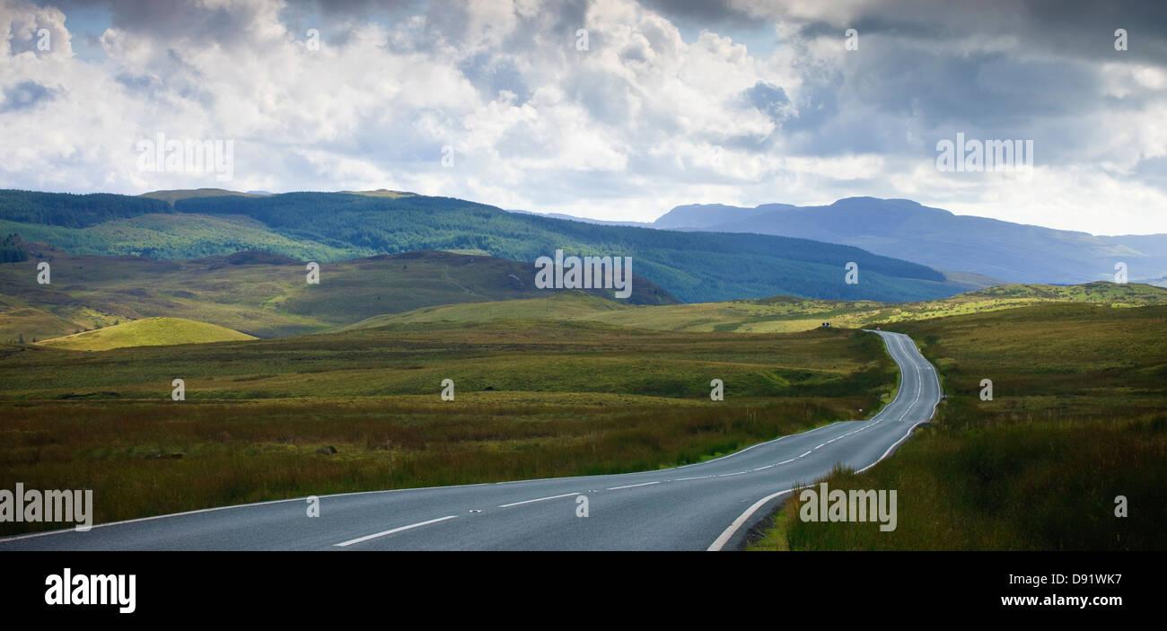 leere Straßenlauf durch ländliche Landschaft Stockbild