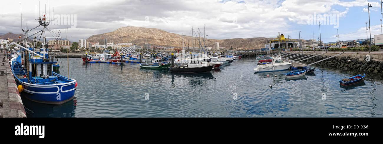 Laden Sie dieses Alamy Stockfoto Hafen Sie / Hafen Sie Panorama in Los Cristianos Stadt, Süden von Teneriffa, Kanarische Inseln-Spanien - D91X66