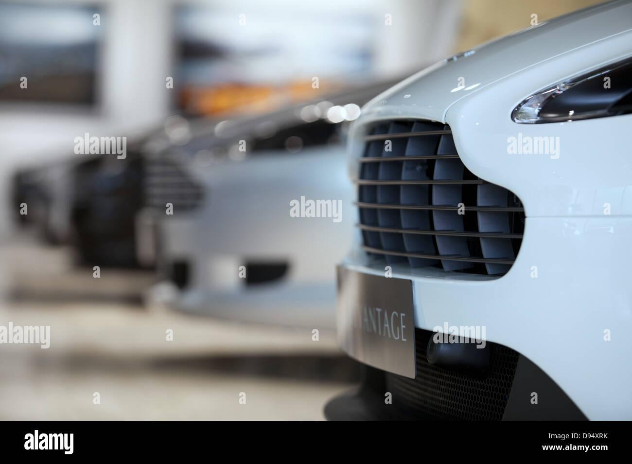 Aston Martin Autos in einem neuen Autohaus in Leeds Stockbild