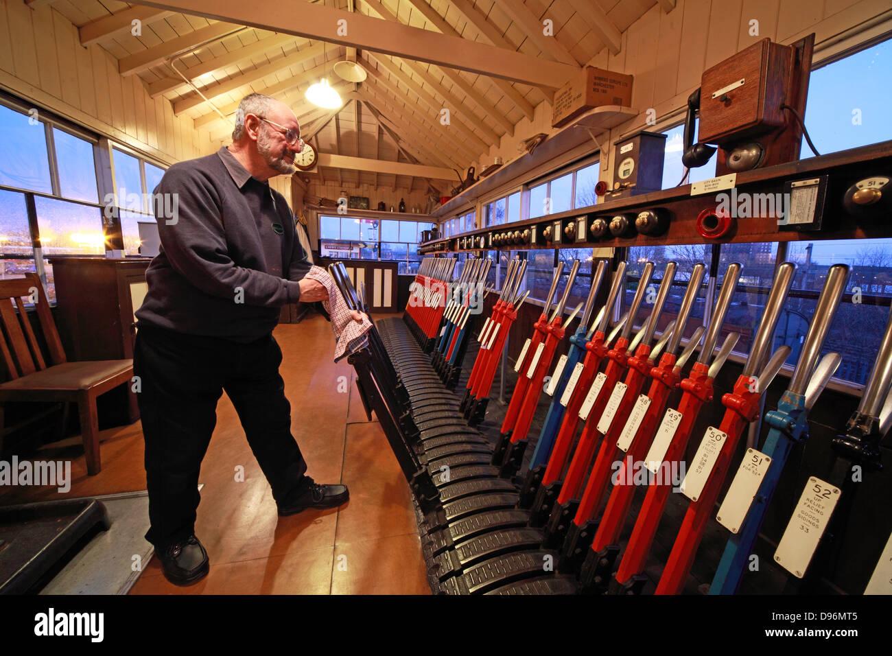 Laden Sie dieses Alamy Stockfoto Abend mit den Hebel in die Signalbox, Crewe, - D96MT5