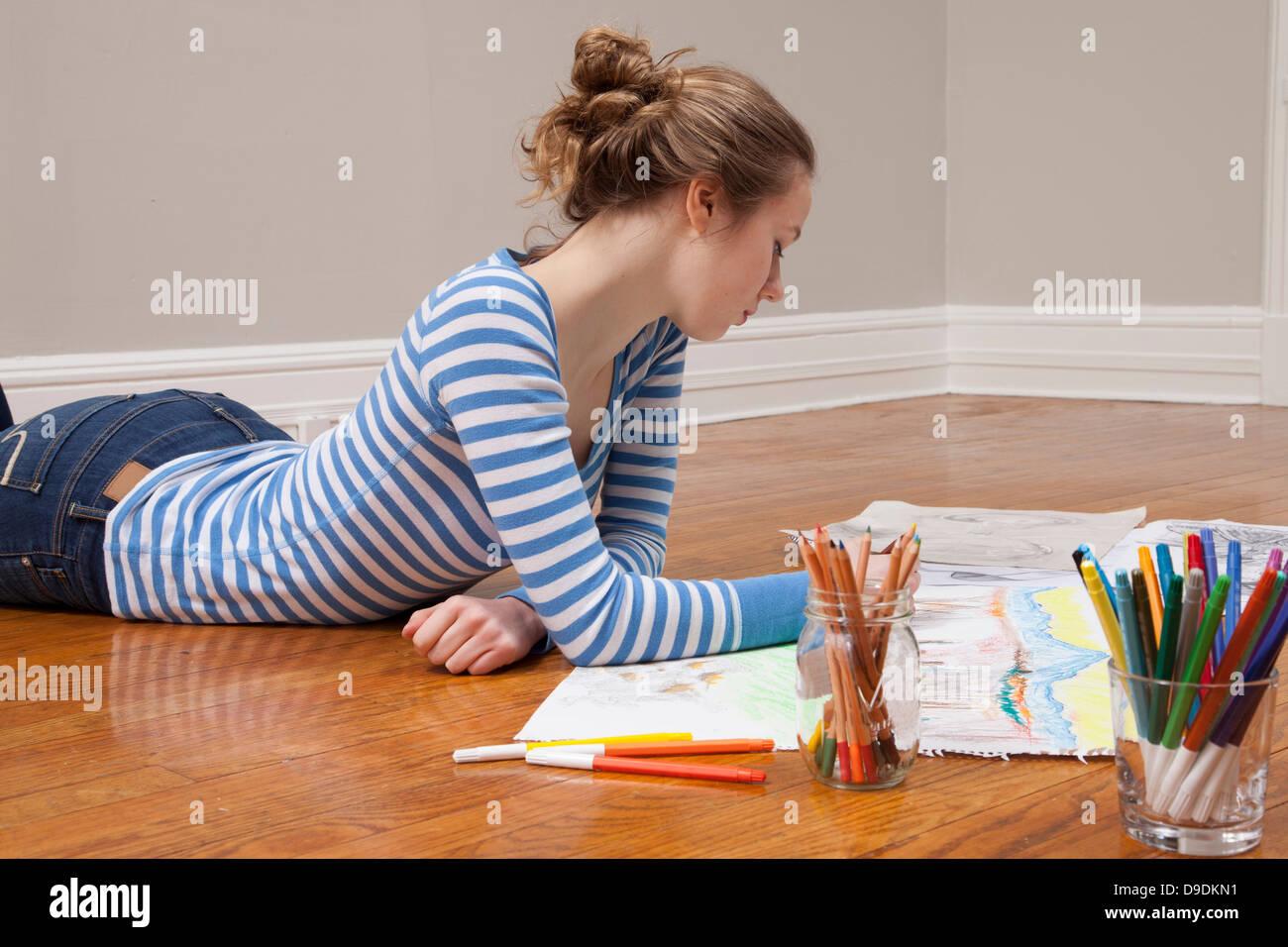 Mädchen auf Boden Bild zeichnen Stockbild