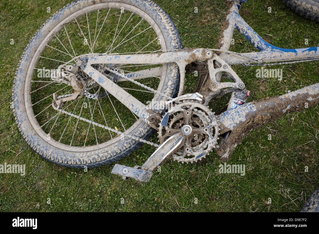 Ein schlammiges schmutziges Motorrad am Ende des Dyfi Enduro Radrennen, Machynlleth Powys Wales UK Stockbild