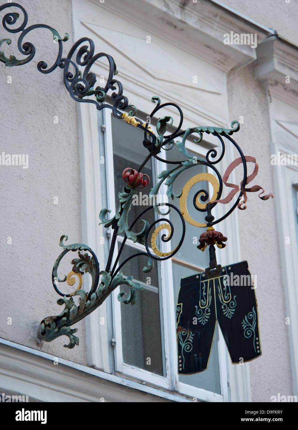 Eine traditionelle Aufhängung-Zeichen vor einem Geschäft verkaufen Lederhose in der Altstadt, Salzburg, Stockbild