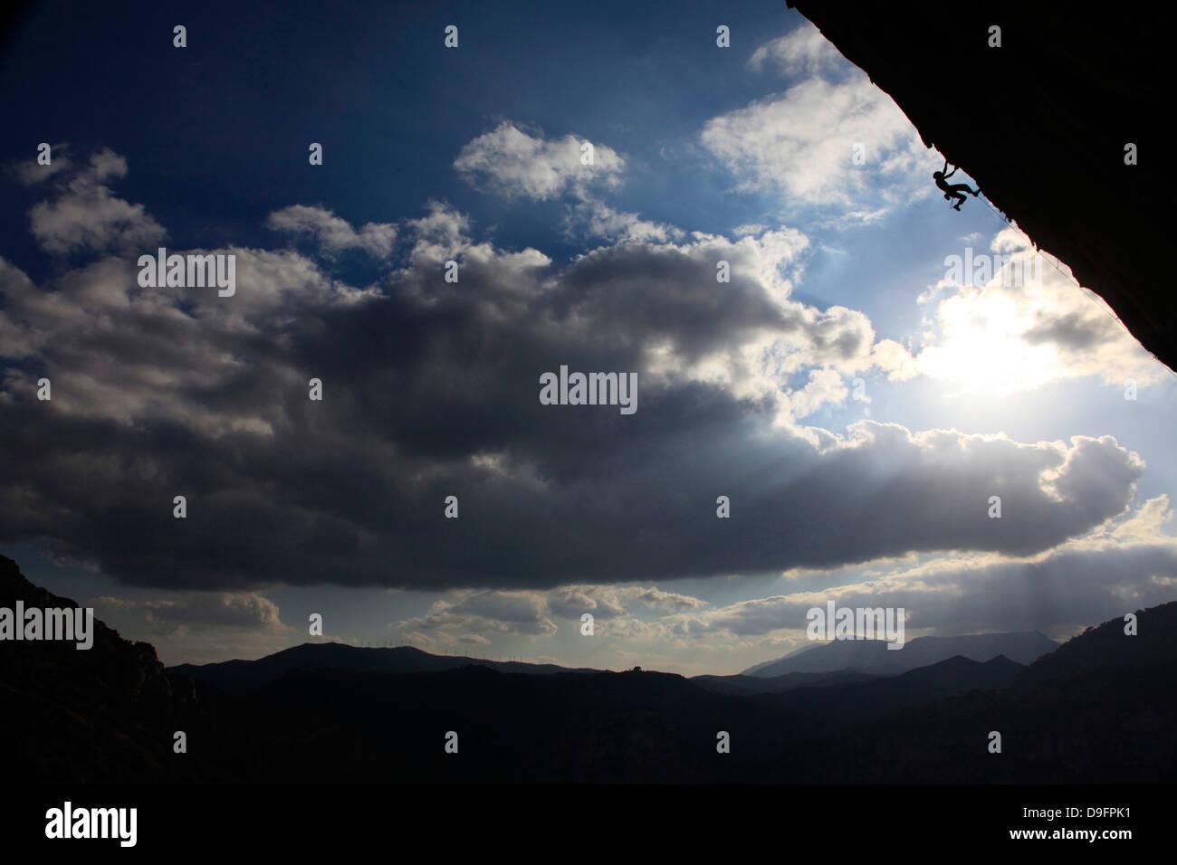 Ein Bergsteiger skaliert Klippen von El Chorro, Andalusien, Spanien Stockbild